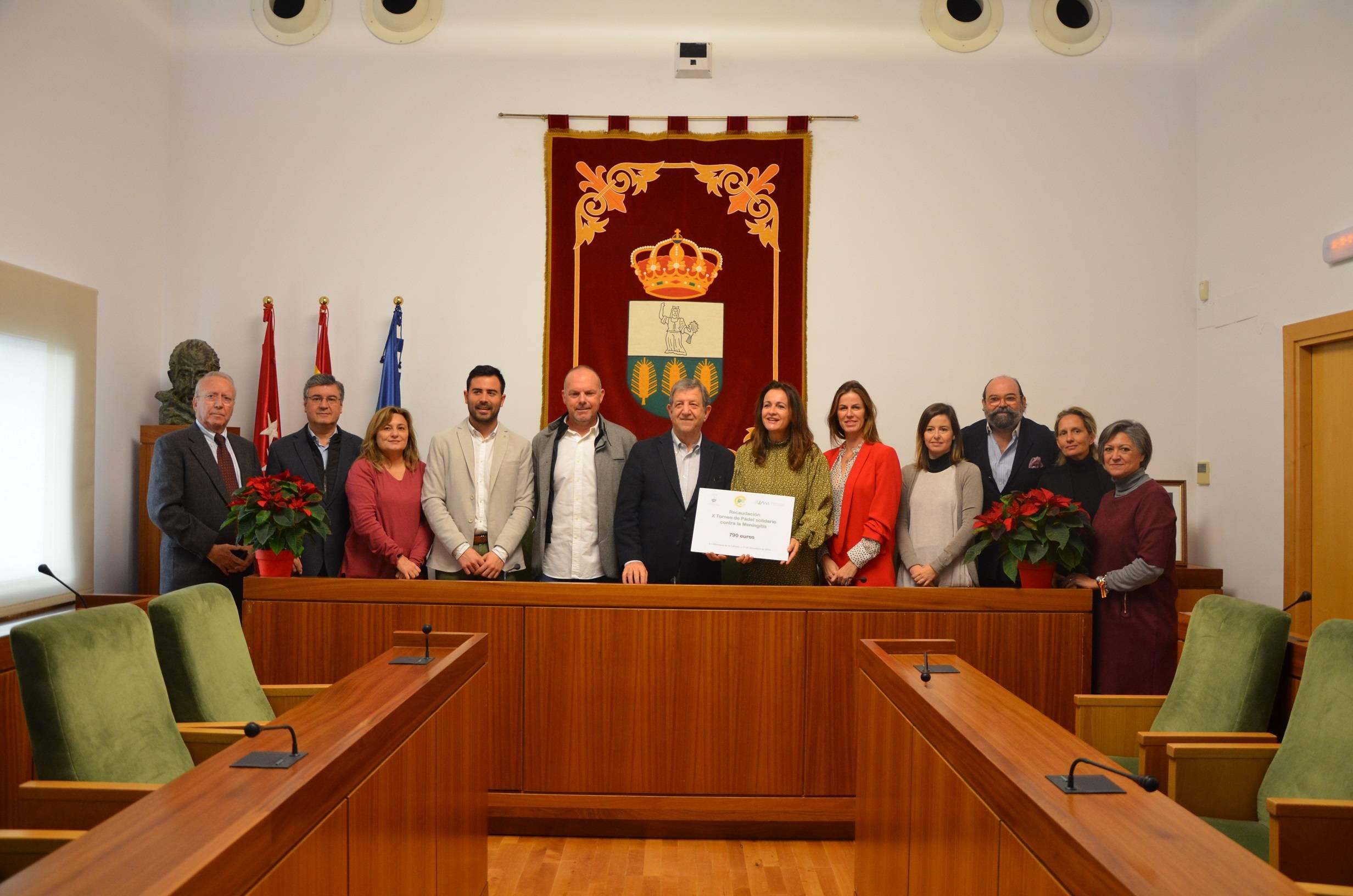 Miembros de la Corporación Municipal asistentes a la entrega acompañando al alcalde, al presidente del Club de Pádel villanovense y a la vicepresidenta de la Asociación Española contra la Meningitis.