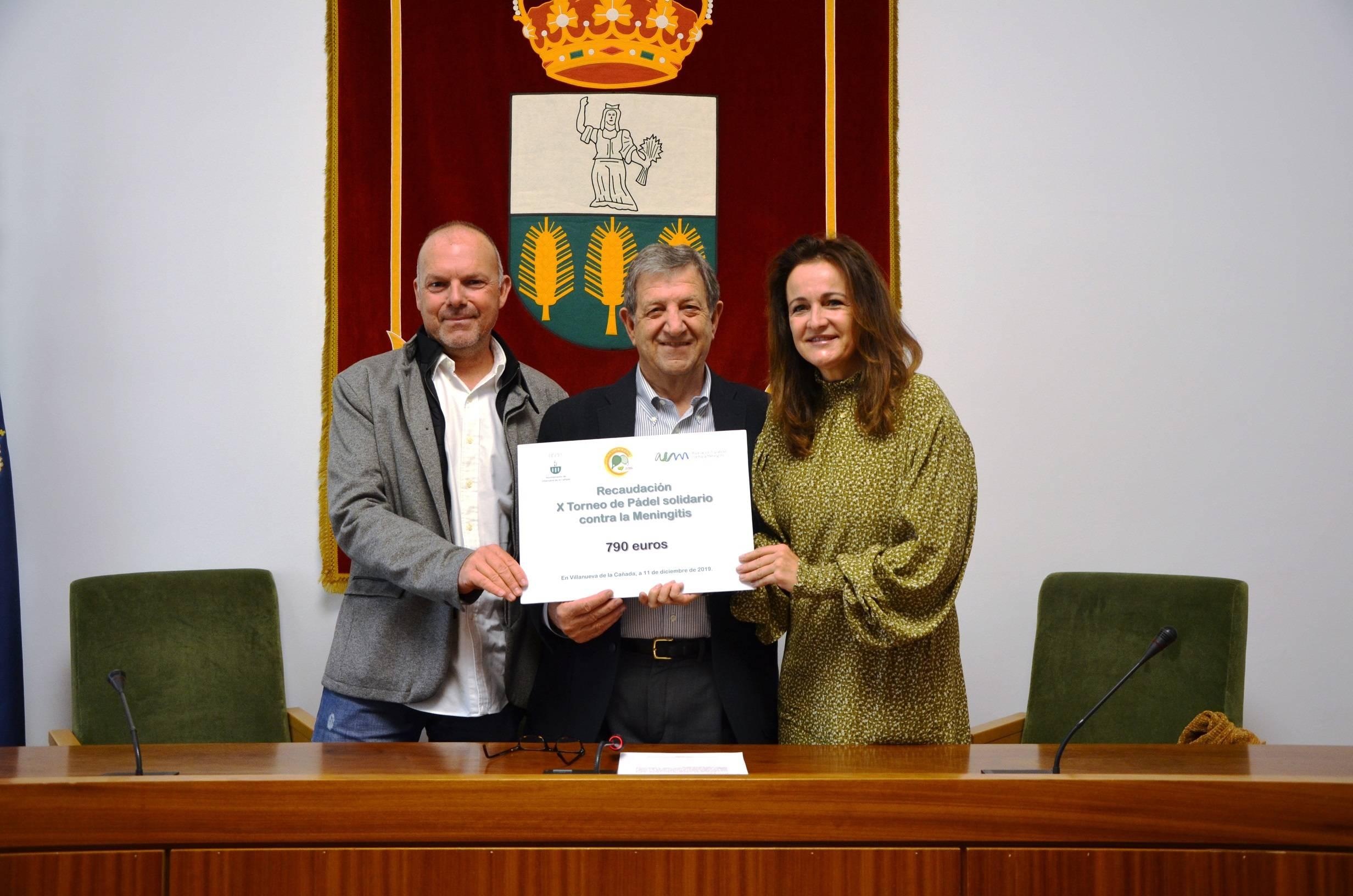 El alcalde, Luis Partida, el presidente del Club de Pádel villanovense, Tomás de Prada y la vicepresidenta de la Asociación Española contra la Meningitis, Elena Moya.