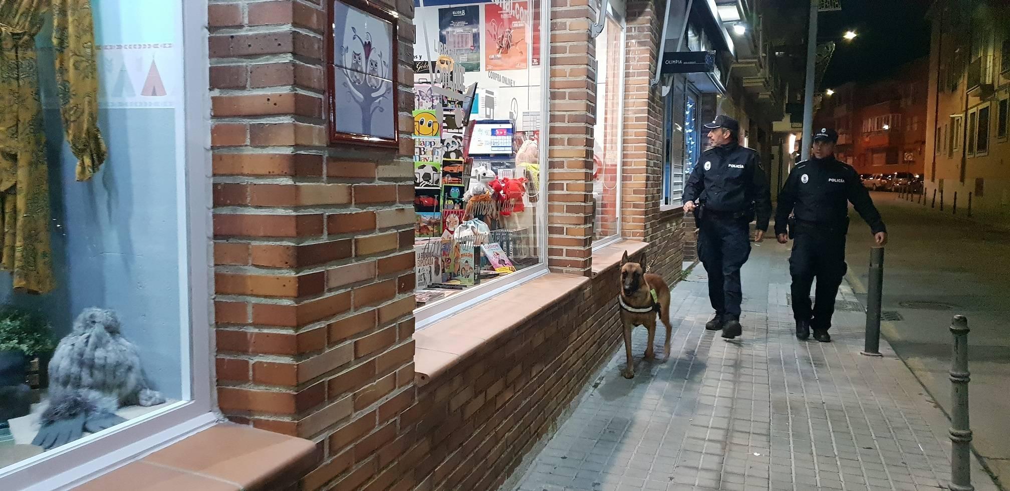 Dos policías frente a un escaparate villanovense.