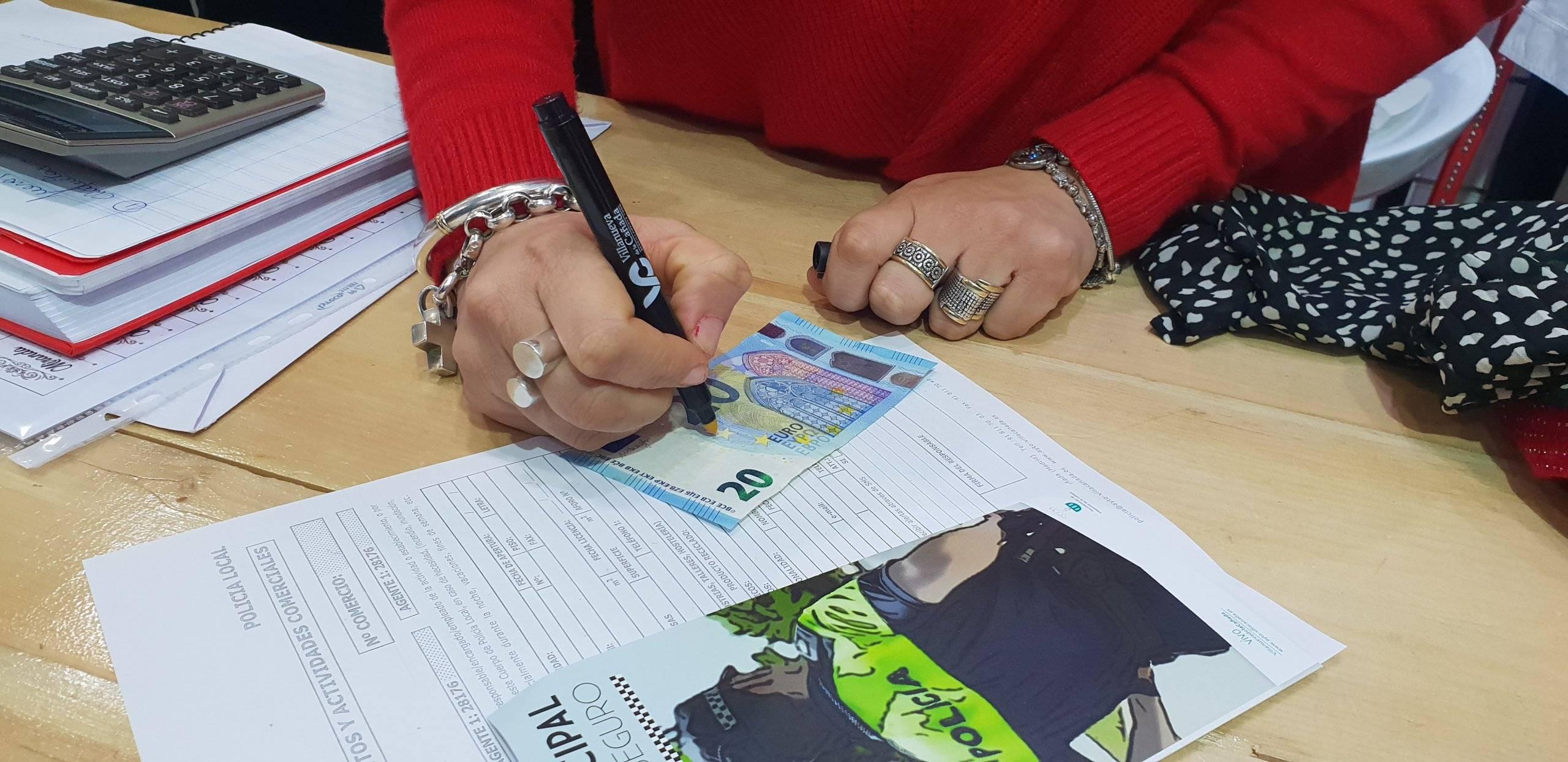 Uno de los bolígrafos de detectores de billetes falsos distribuido por los agentes.