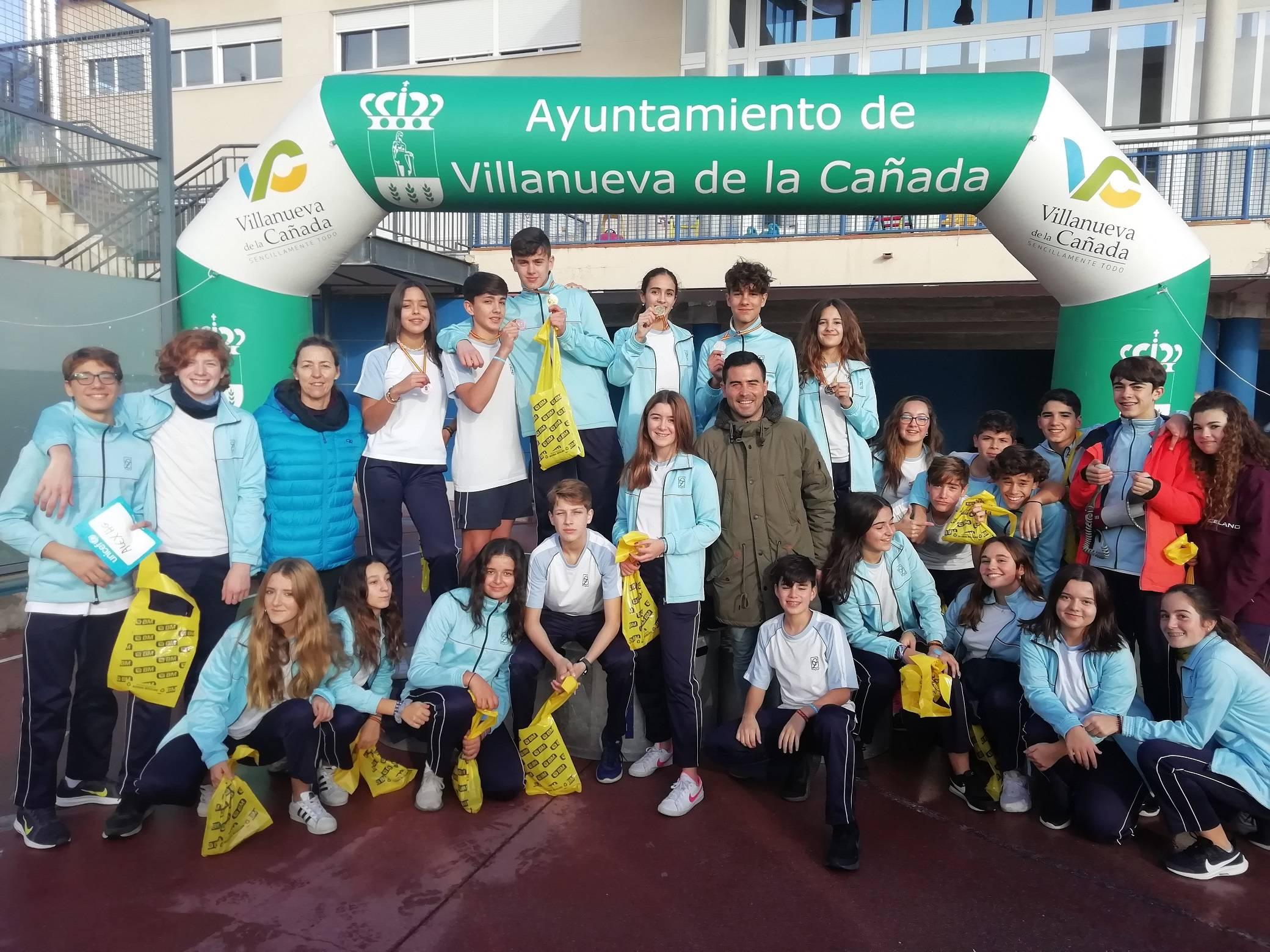 Alumnos del colegio Zola Villafranca con el concejal de Deportes y Juventud, Ignacio González. Fuente: Colegio Zola Villafranca.