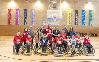 El alcalde, Luis Partida, y concejales de la Corporación Municipal junto al equipo así como a los responsables de la Federación Madrileña de Deportes de Personas con Discapacidad Física.