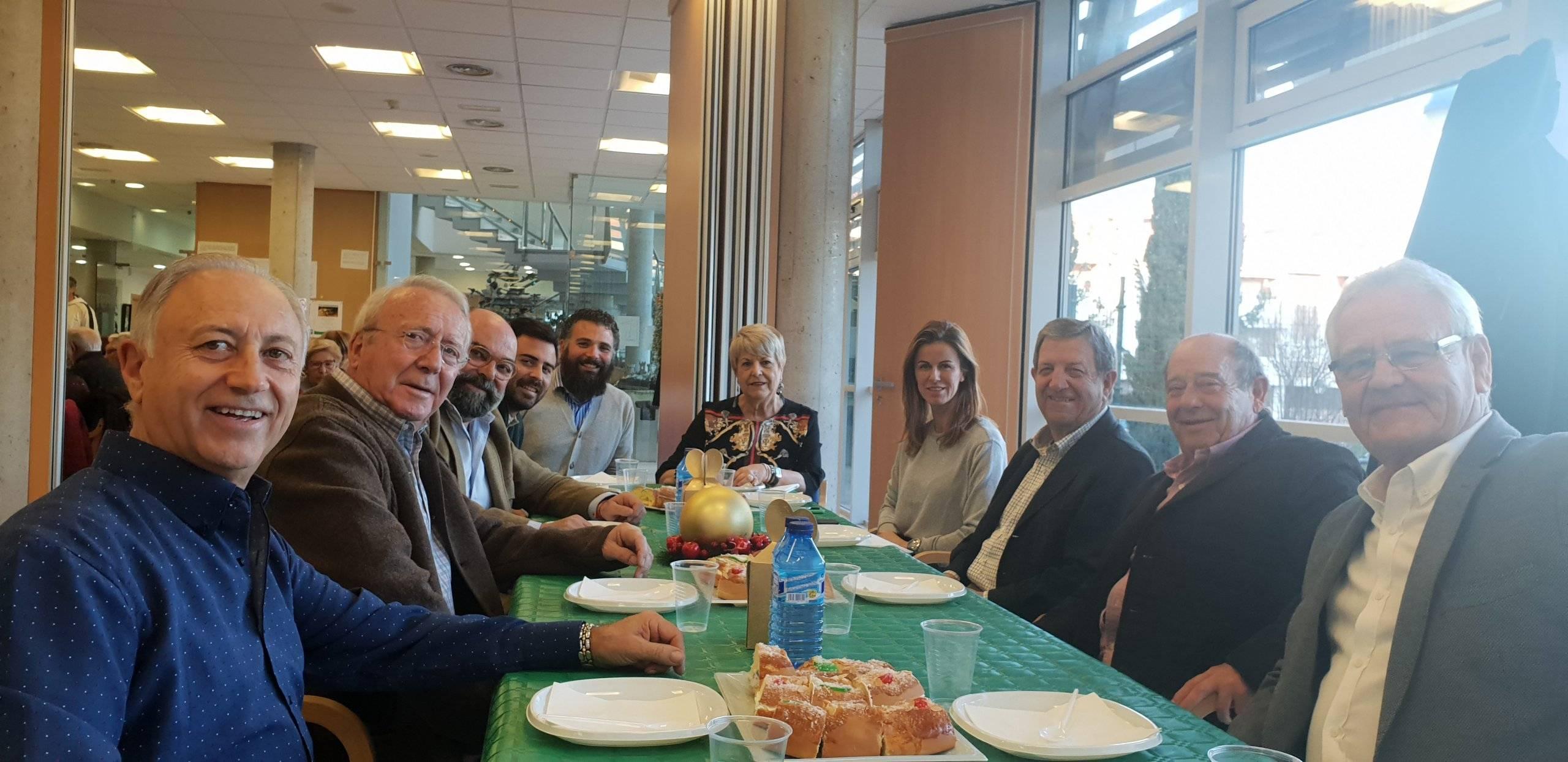 El alcalde, Luis Partida, concejales y miembros de la Junta Directiva de la Asociación de Mayores, durante la tradicional Fiesta de Reyes.