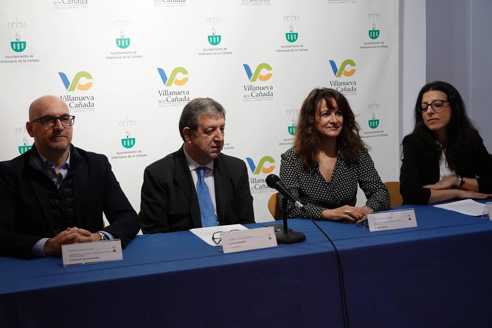 El alcalde, Luis Partida, dirigiendo unas palabras durante la charla- coloquio.