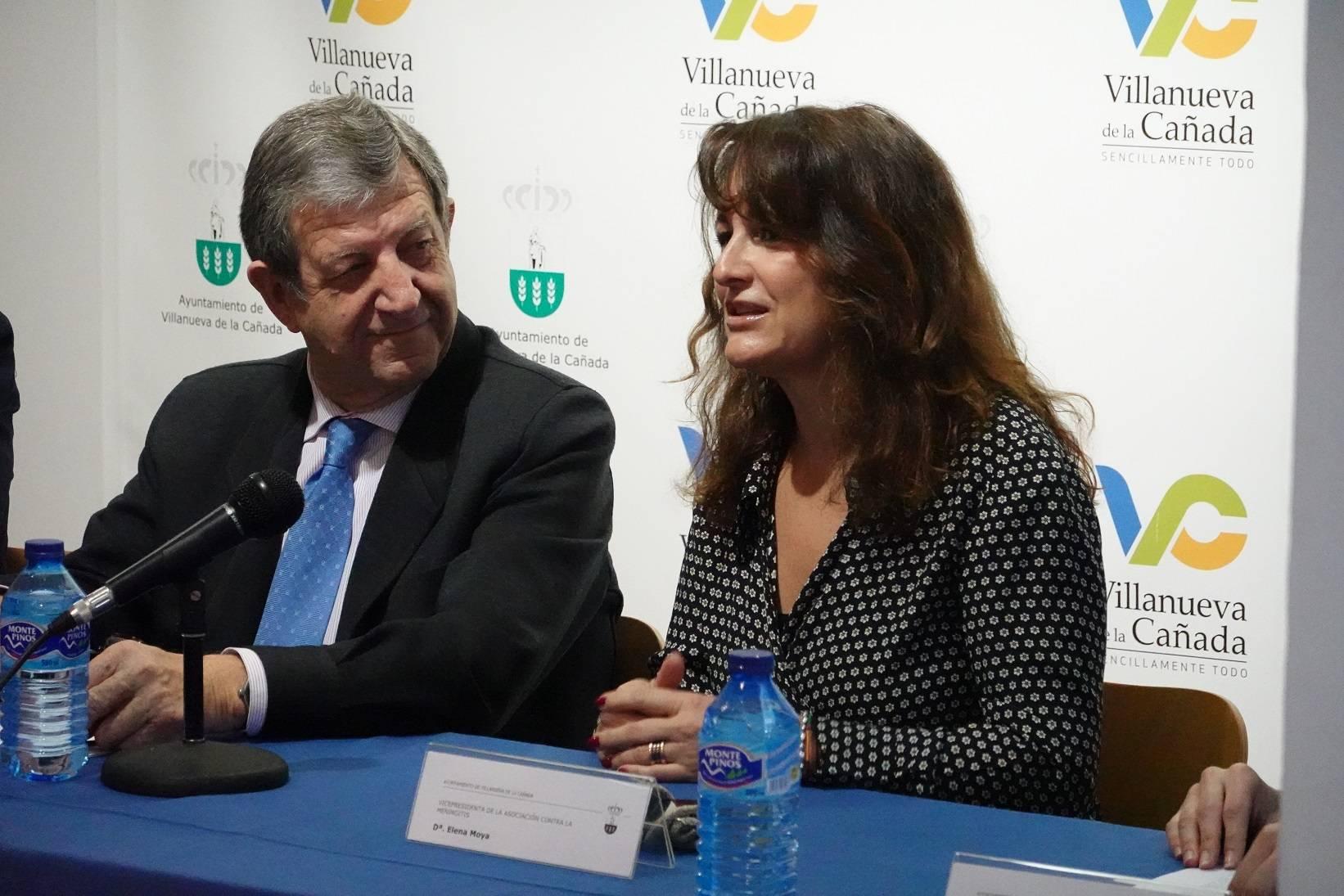 El regidor villanovense, acompañado por la vicepresidenta de la Asociación Española contra la Meningitis, Elena Moya.