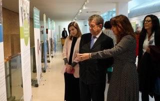 El alcalde, Luis Partida, acompañado por la vicepresidenta de la Asociación Española contra la Meningitis y la concejal de Salud, Beatríz Peralta.