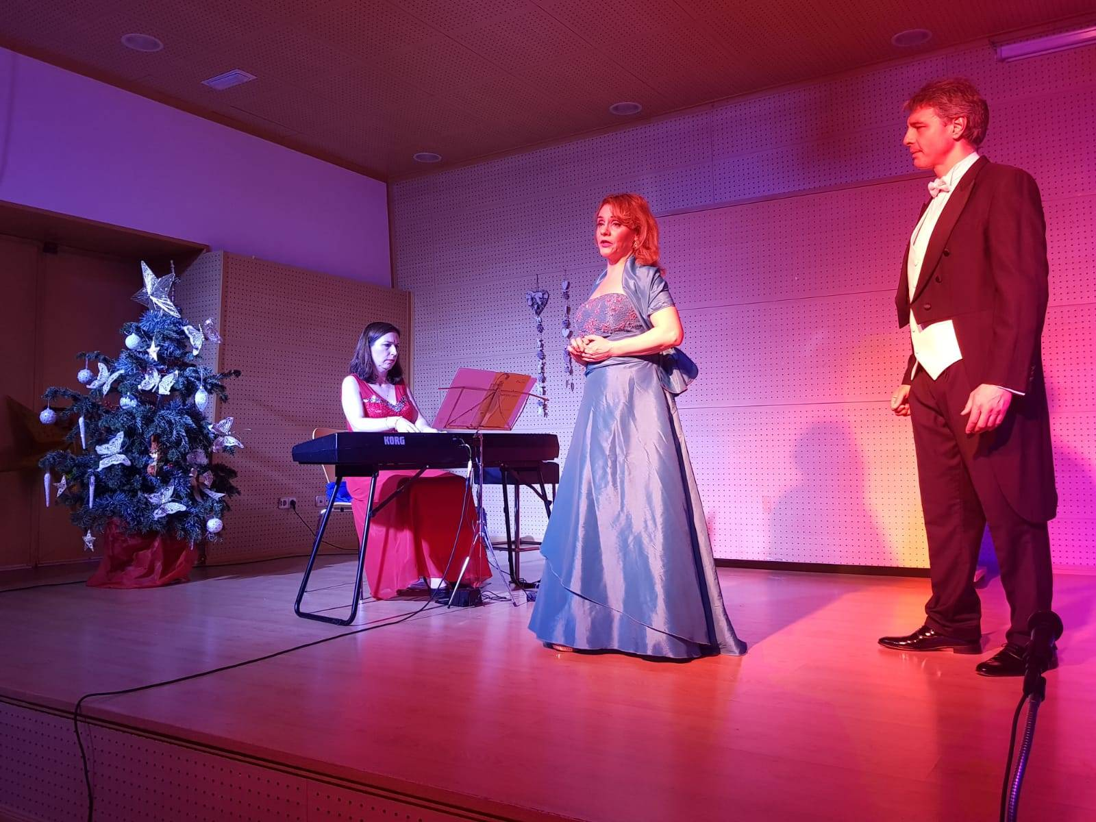 Actuación musical de Rebeca Hall, Alex Bassi y la pionista Eloísa Cano.
