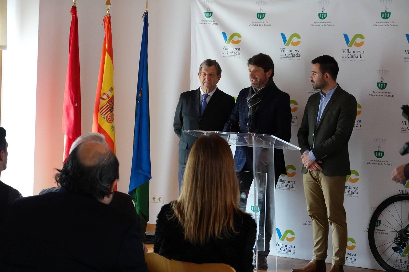 El regidor villanovense junto al presidente del Grupo Deportivo Orquín y el concejal de Deportes, Ignacio González.