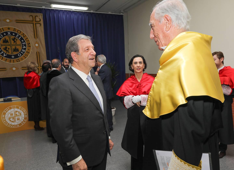 El cirujano Enrique Moreno González, junto al alcalde.