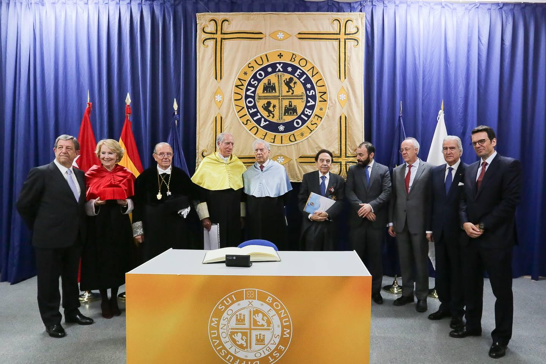 Foto de familia de los nuevos Doctores Honris Causa acompañados del alcalde, Luis Partida y de autoridades.