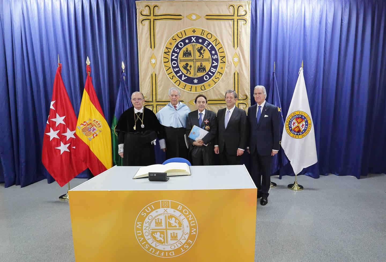 El alcalde, Luis Partida, junto a Mario Vargas Llosa, uno de los dos nuevos Doctores Honoris Causa y personalidades de la universidad.