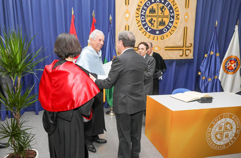 Mario Vargas Llosa saludando al regidor villanovense.