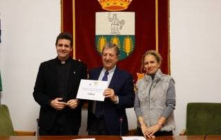 El alcalde acompañado de la Concejal de Servicios Sociales, Patricia Fernández, y del sacerdote de la Parroquia San Carlos Borromeo.