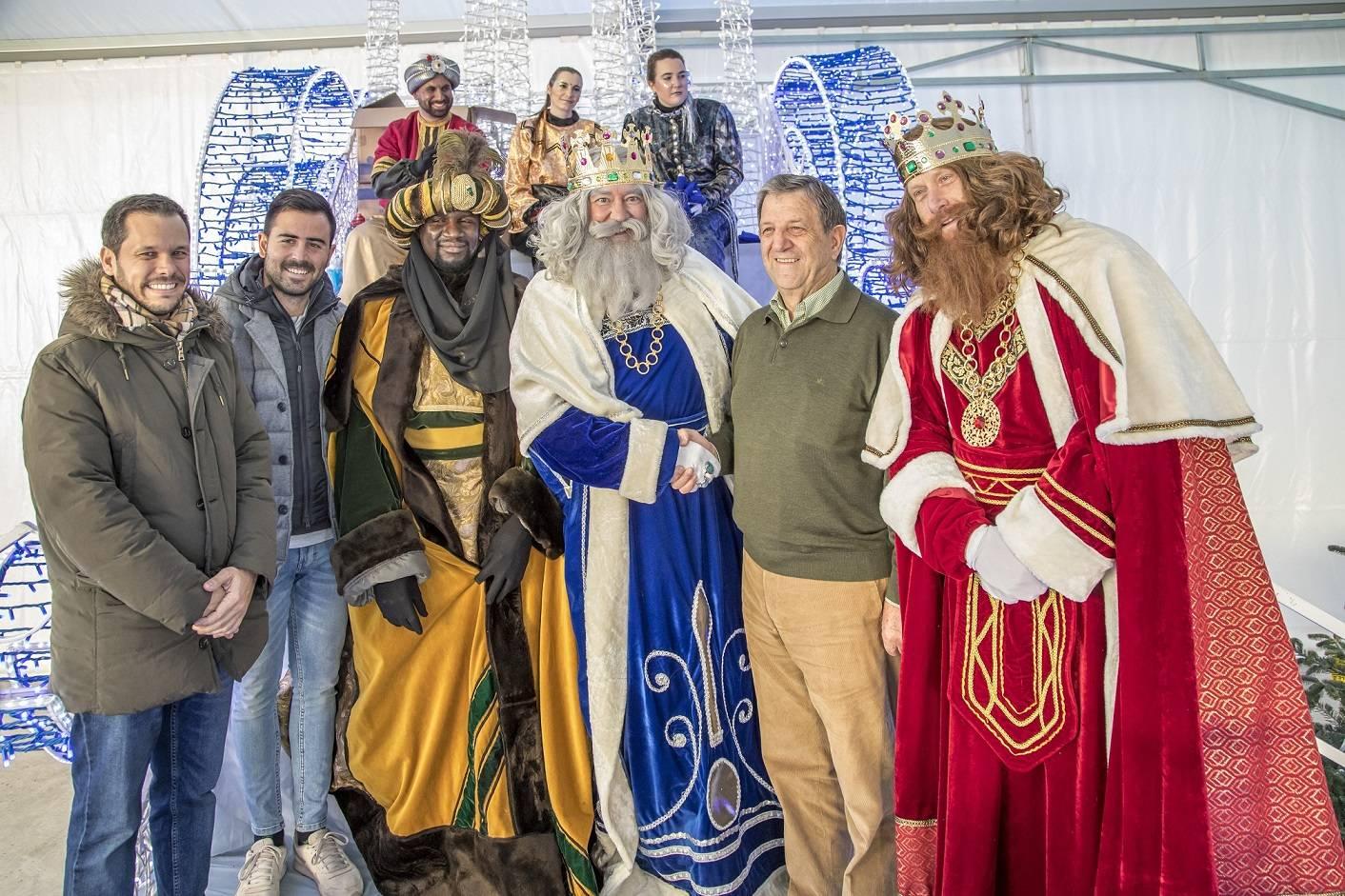 El alcalde y concejales recibiendo a sus Majestades de Oriente.