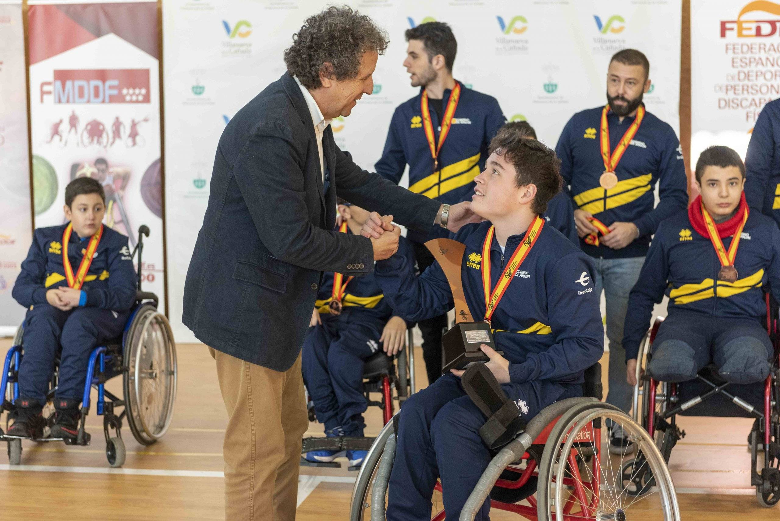 El vicepresidente de la FMDDF, Carlos Rodríguez, entregando uno de los premios a un miembro de la selección aragonesa.