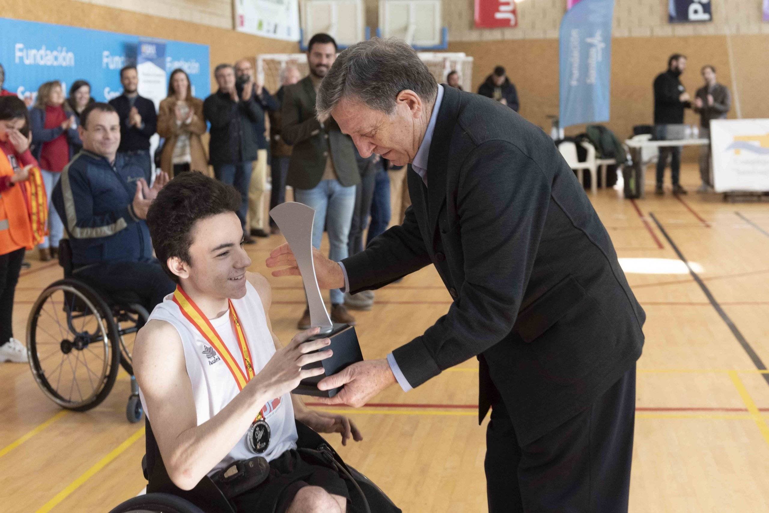 El alcalde, Luis Partida, entrega el tercer premio al capitán de la selección aragonesa.