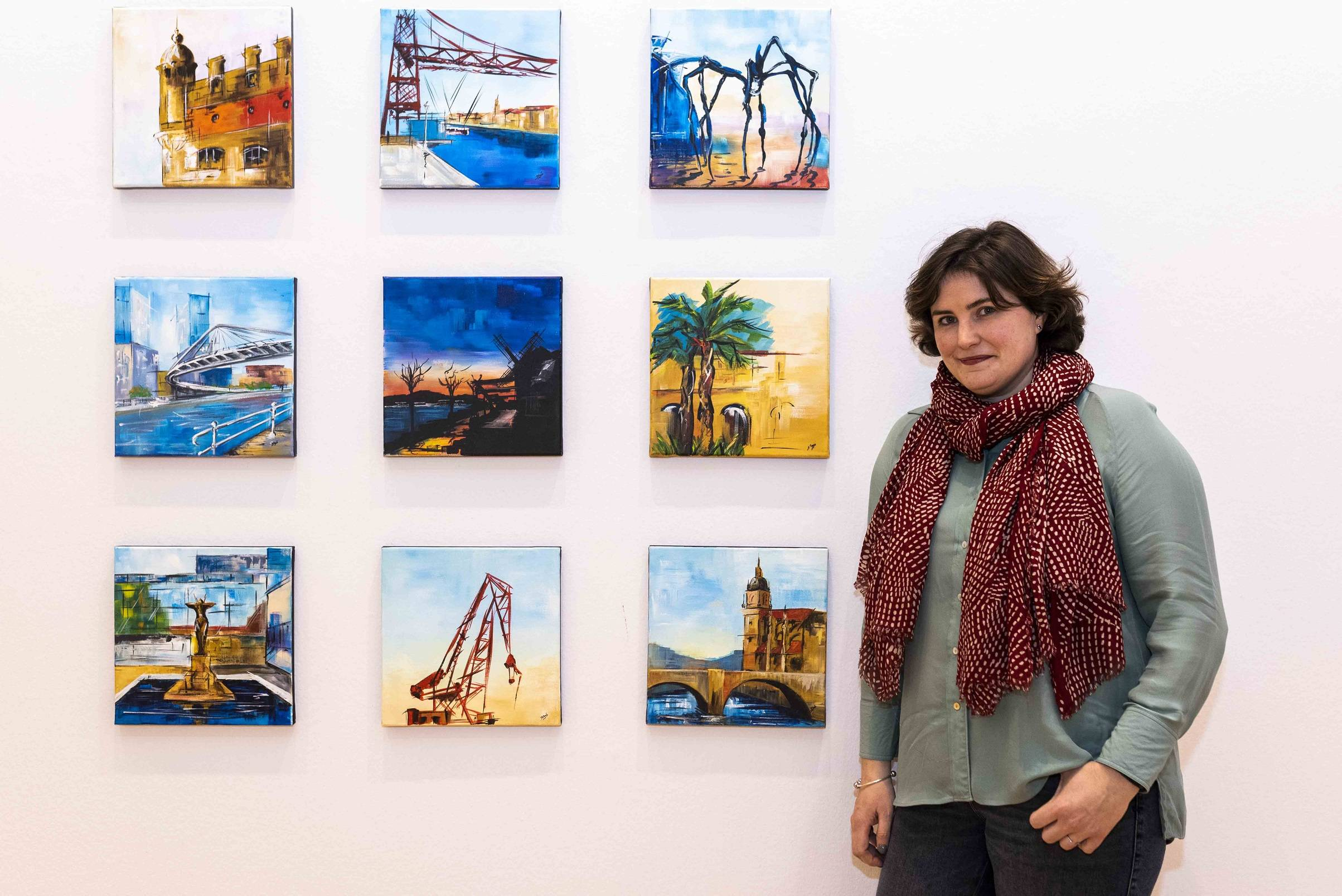 La artista con algunos de los cuadros de la exposición.