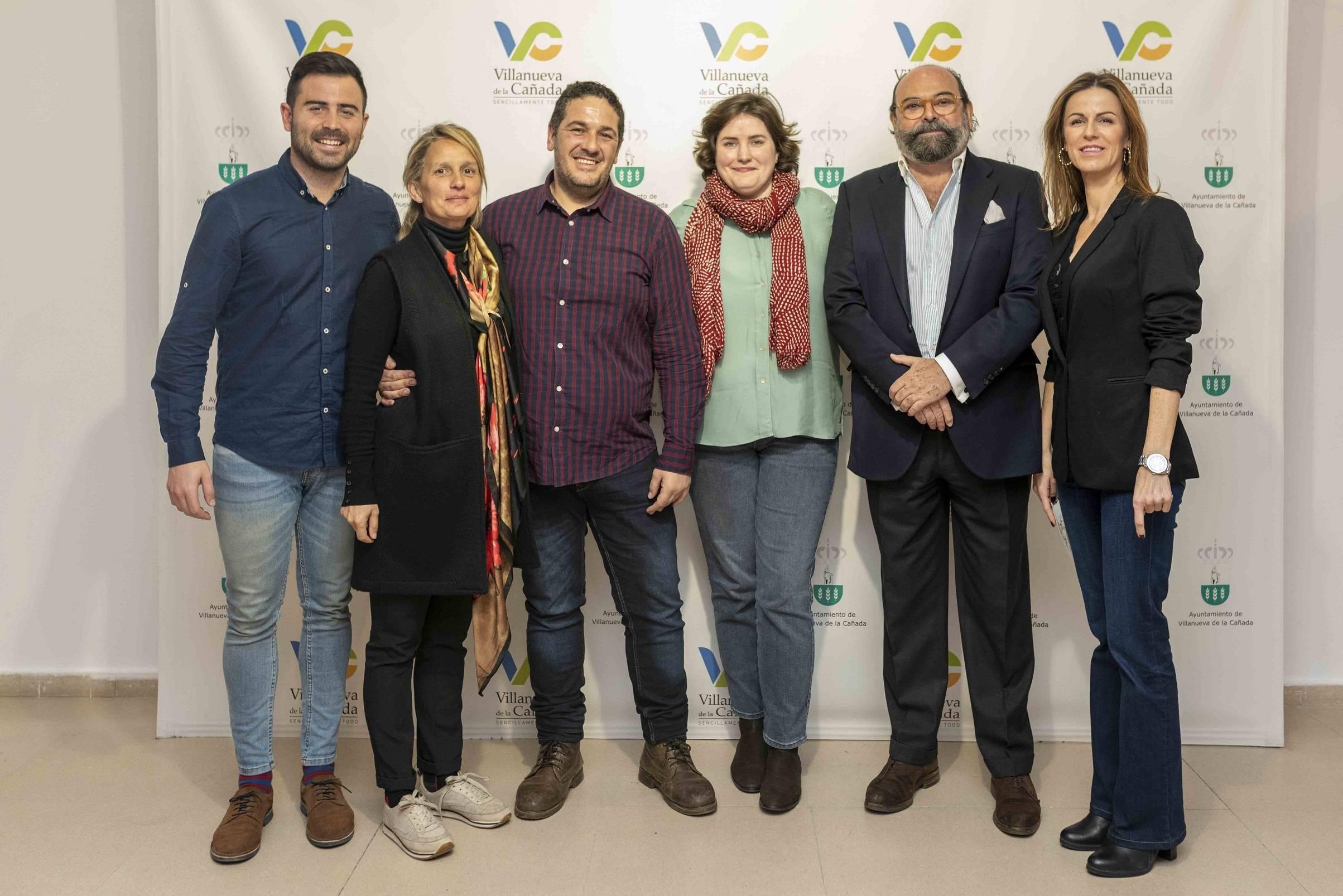 Los artistas acompañados de miembros de la Corporación Municipal.