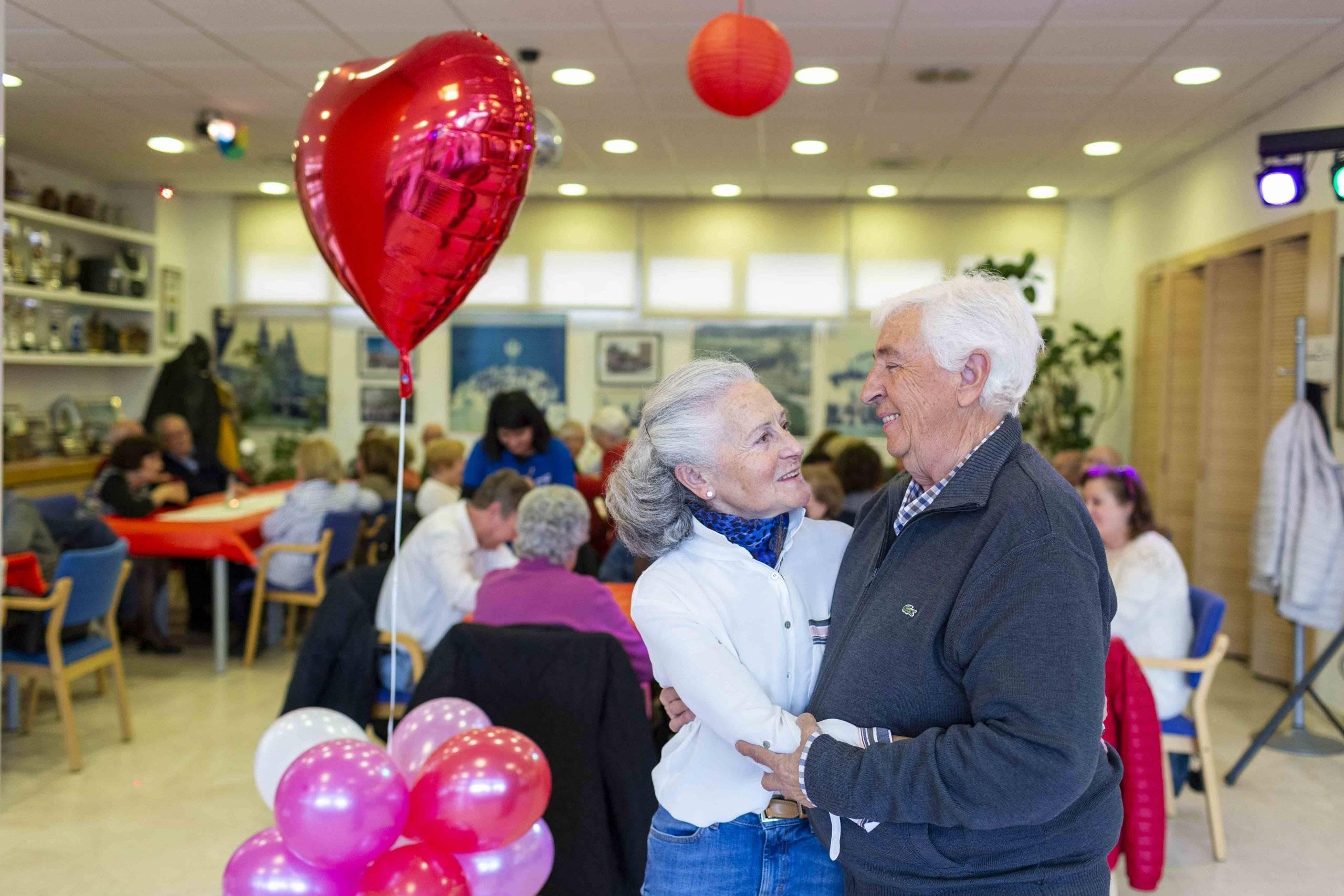 Pareja de mayores participante en la fiesta de San Valentín.