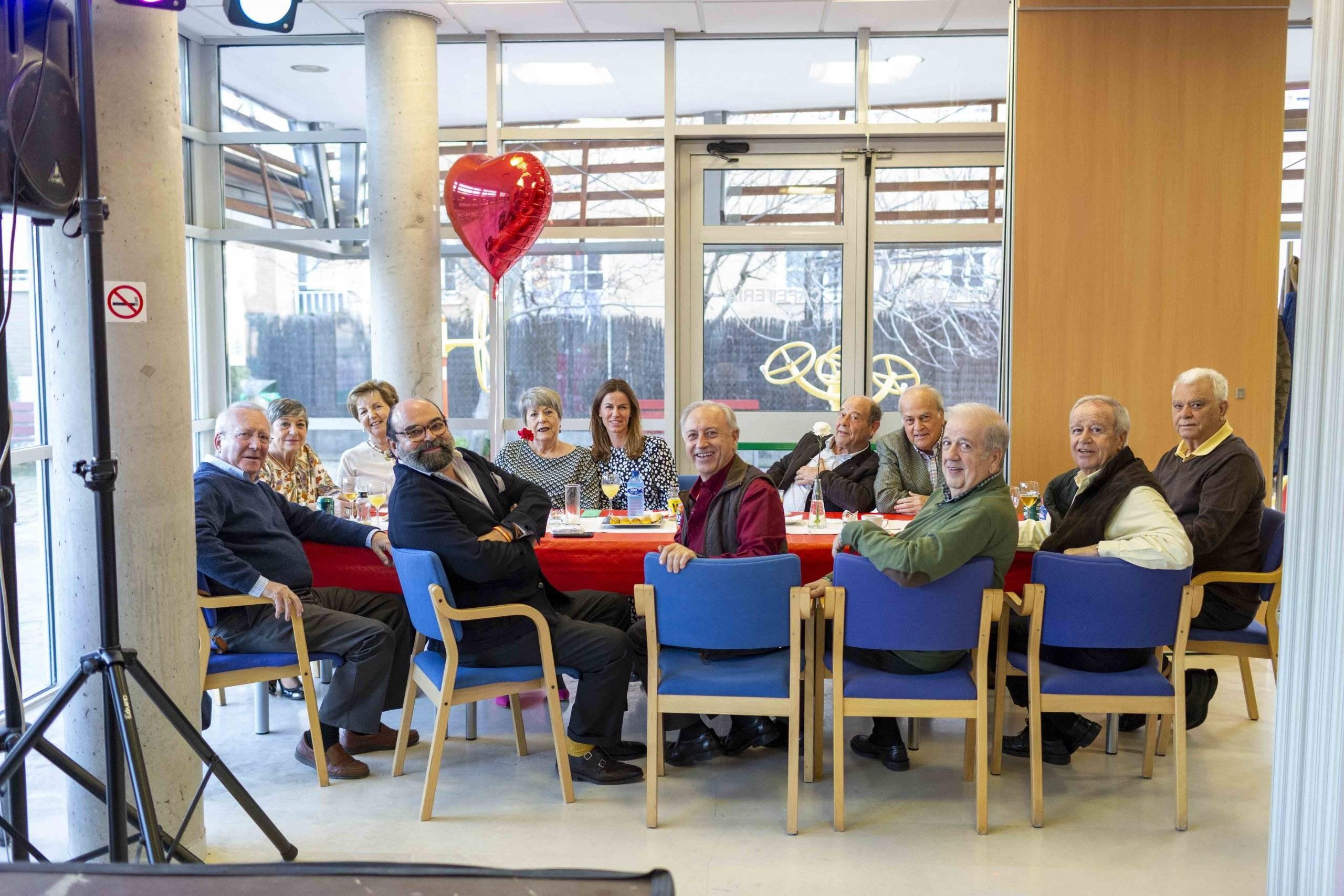 Concejales y miembros de la Junta Directiva de la Asociación de Mayores.