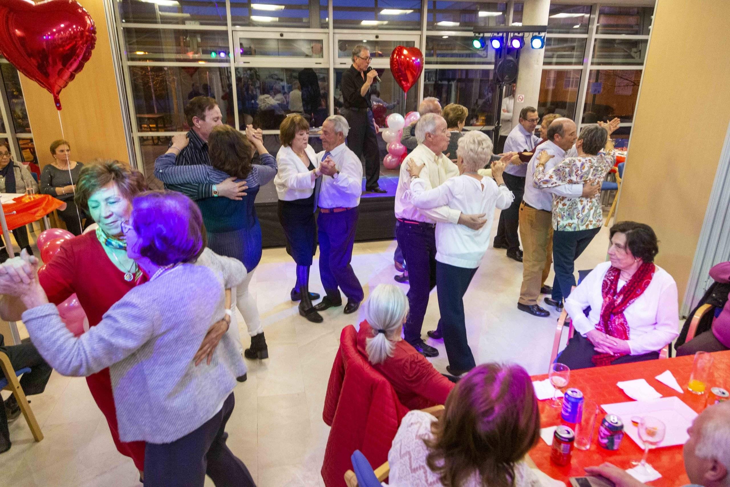Mayores bailando en la fiesta de San Valentín.