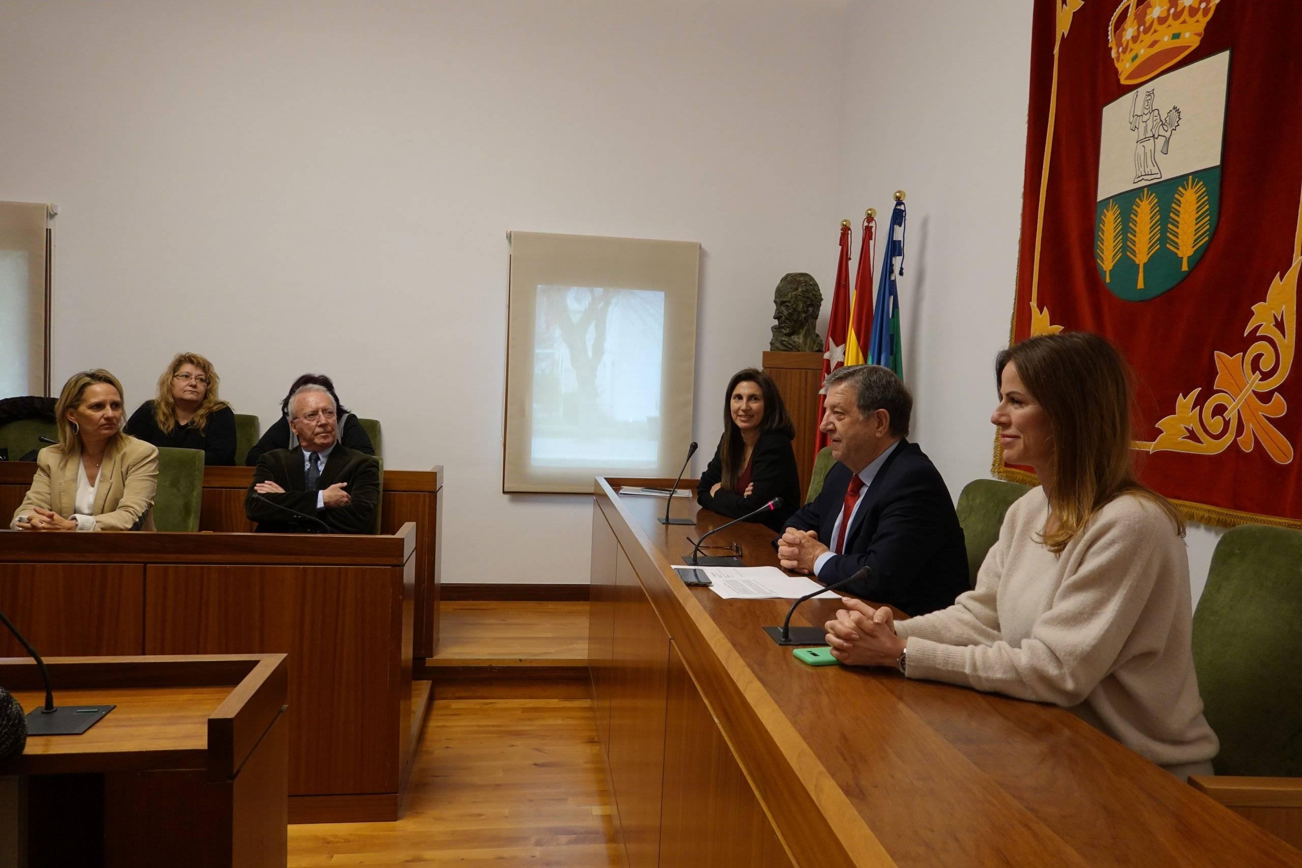 El alcalde, Luis Partida, la concejala de Educación, Cristina Hernández y Leticia Reyes, responsable del proyecto en el colegio Zola.