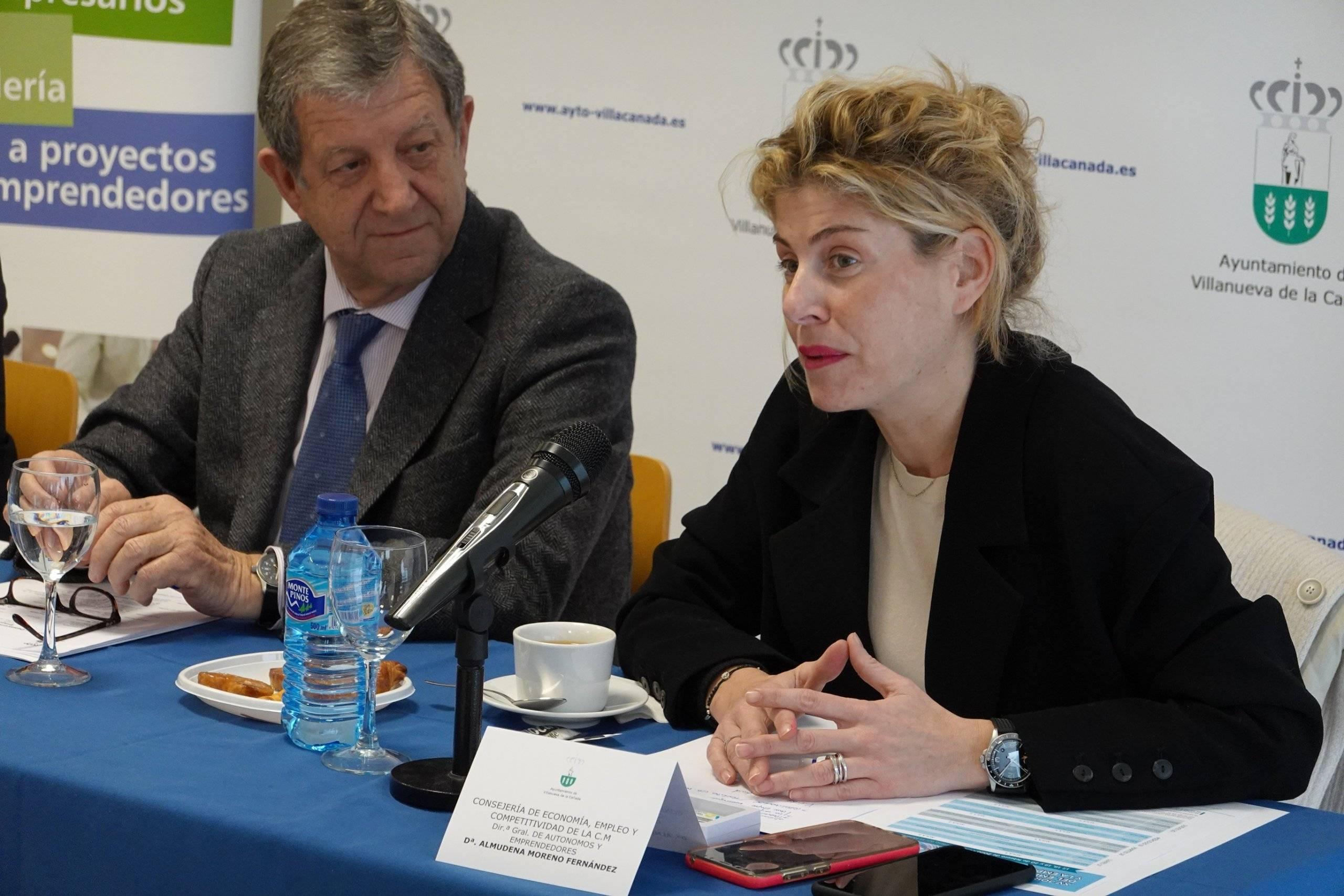 La directora general de Autónomos de la CM, Almudena Moreno, junto al alcalde, durante su intervención.