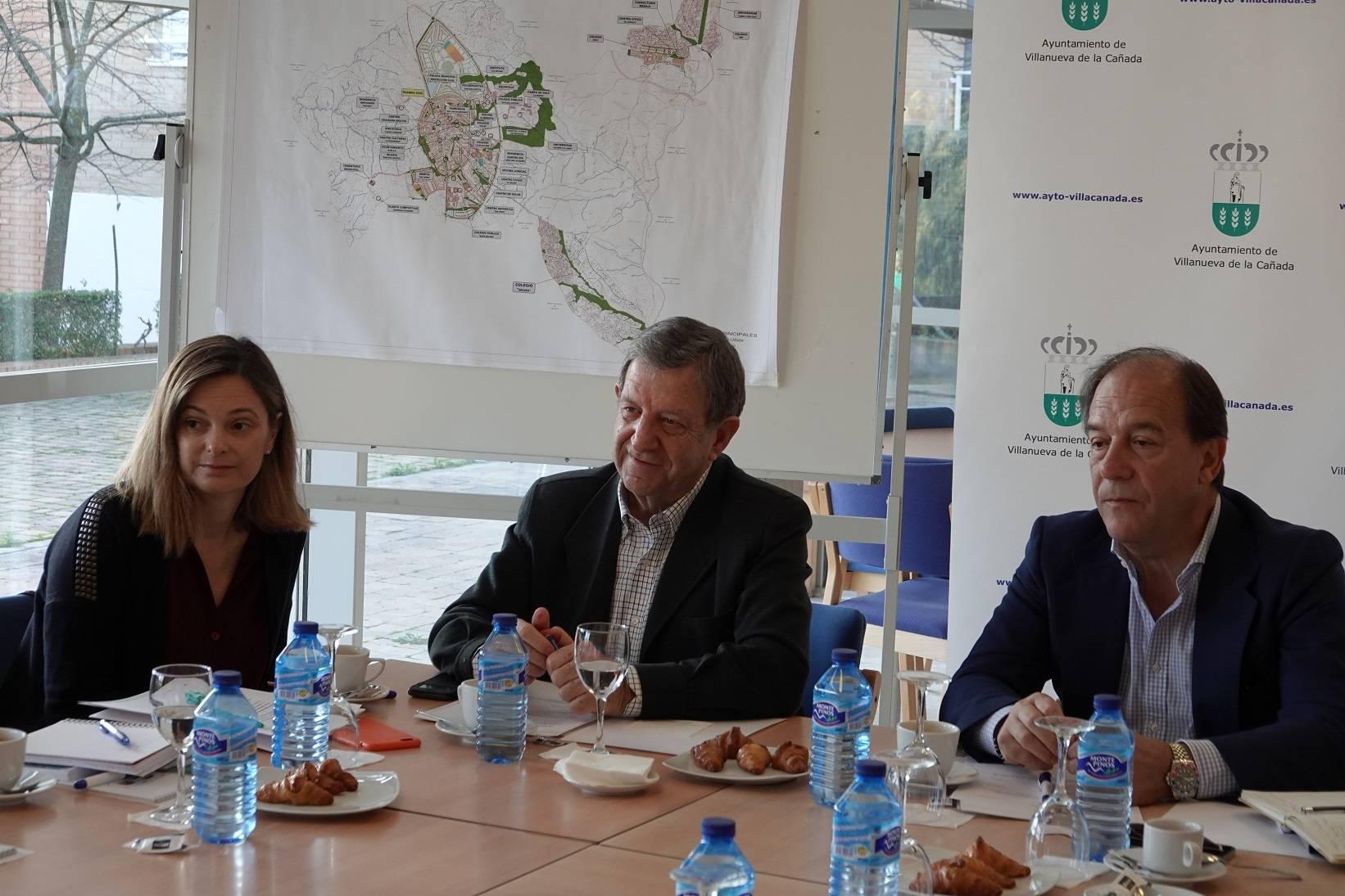 El regidor villanovense y la concejala acompañados del teniente de alcalde, Enrique Serrano.