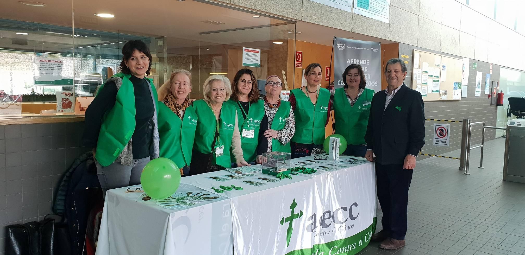El regidor villanovense con las voluntarias de la AECC de una de las mesas informativas.