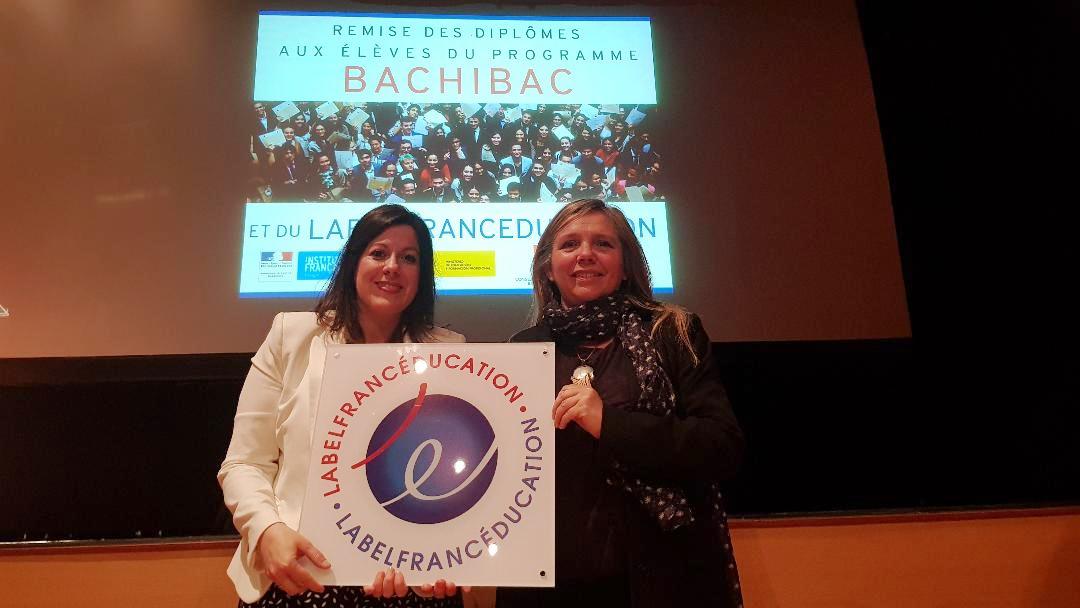 María Fernández y Myriam Kaisergruber, responsables del departamento de francés del centro, recogiendo la mención.