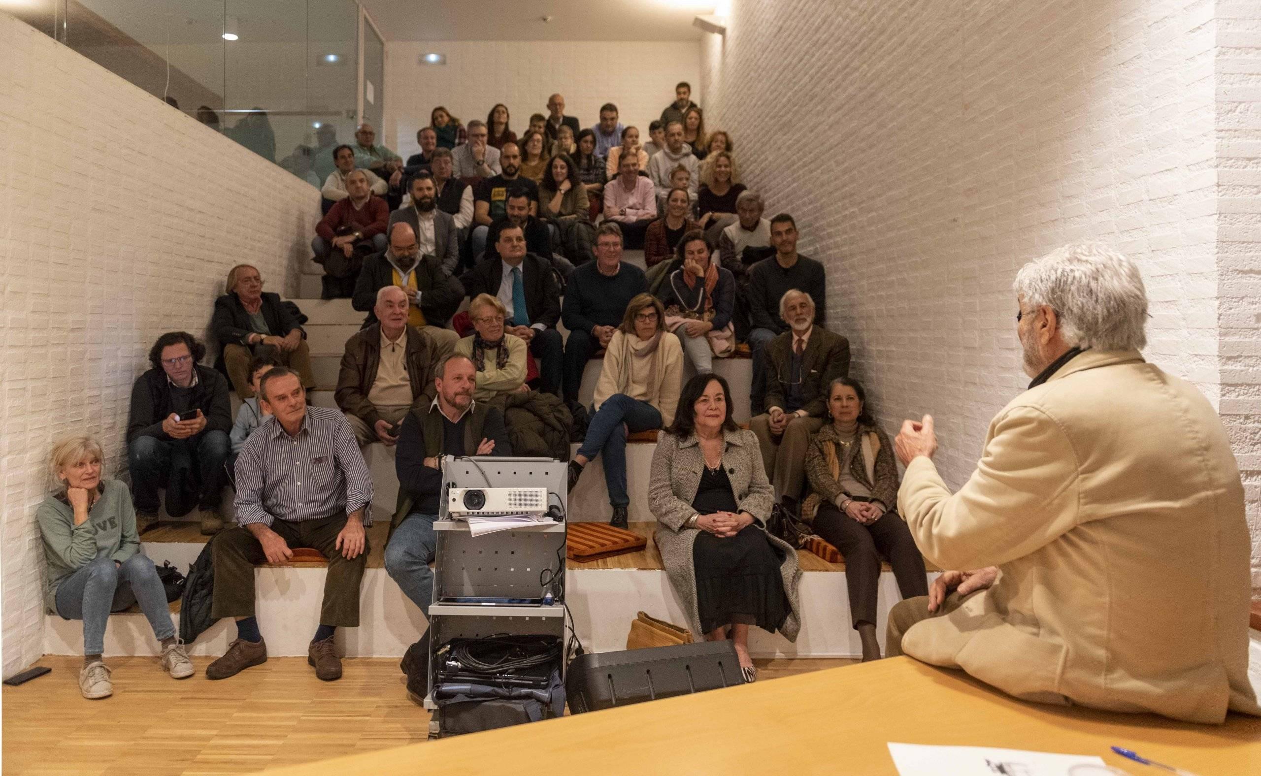 La charla ha tenido lugar en la Biblioteca F. Lázaro Carreter.