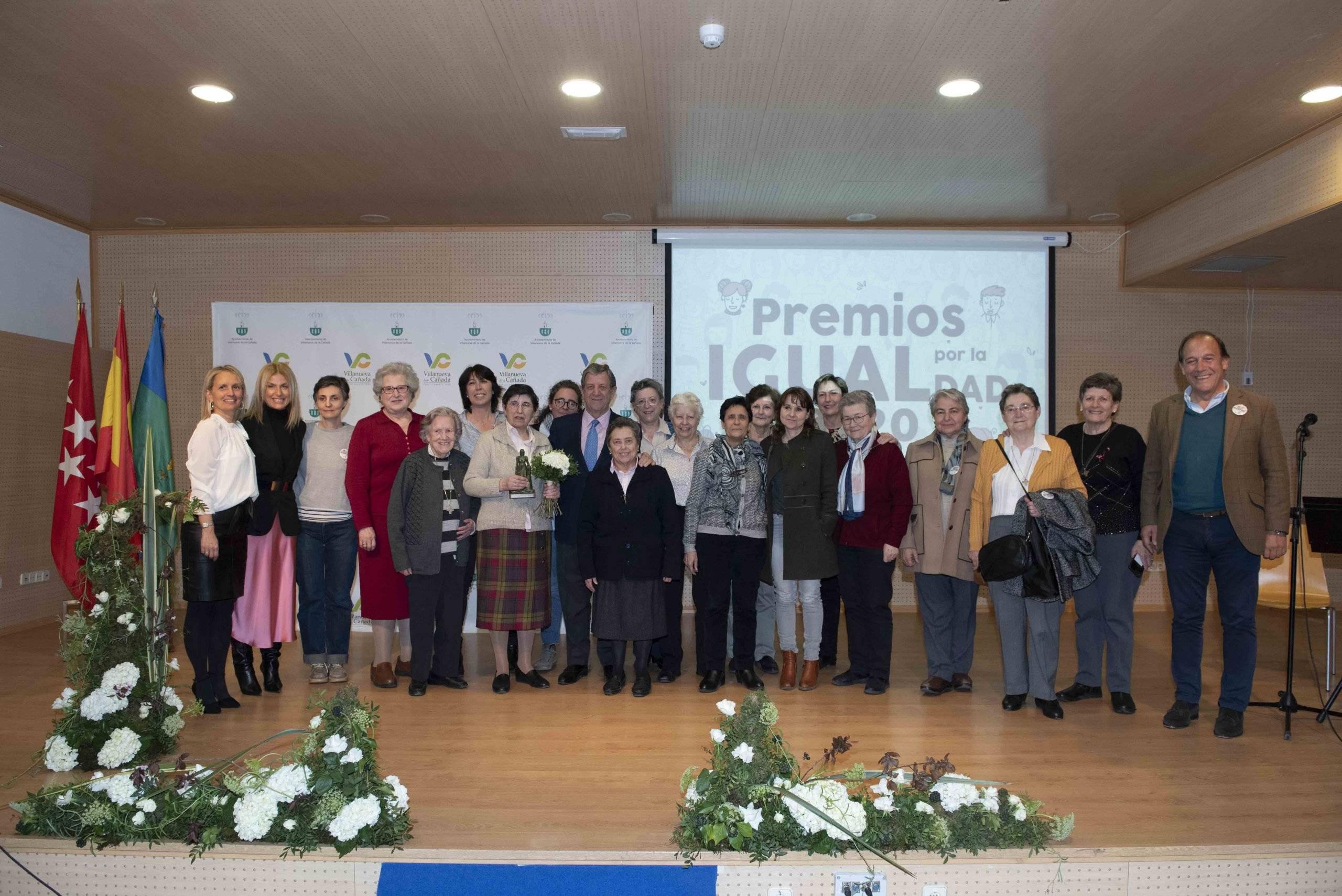 Foto de familia de autoridades locales, junto a docentes y antiguas alumnas Escolapias.