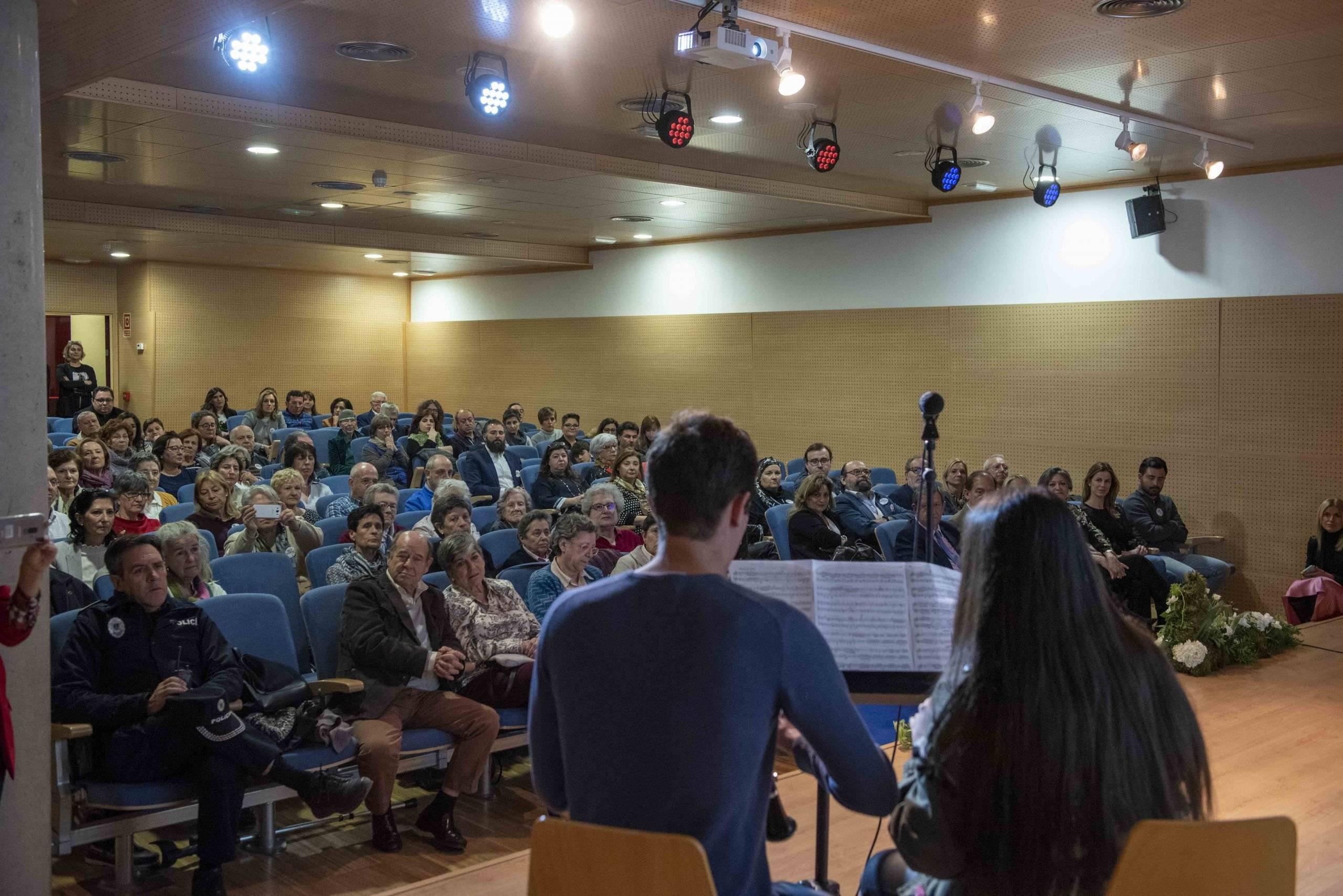 Alumnos de la EMMD interpretando una pieza musical durante el acto.