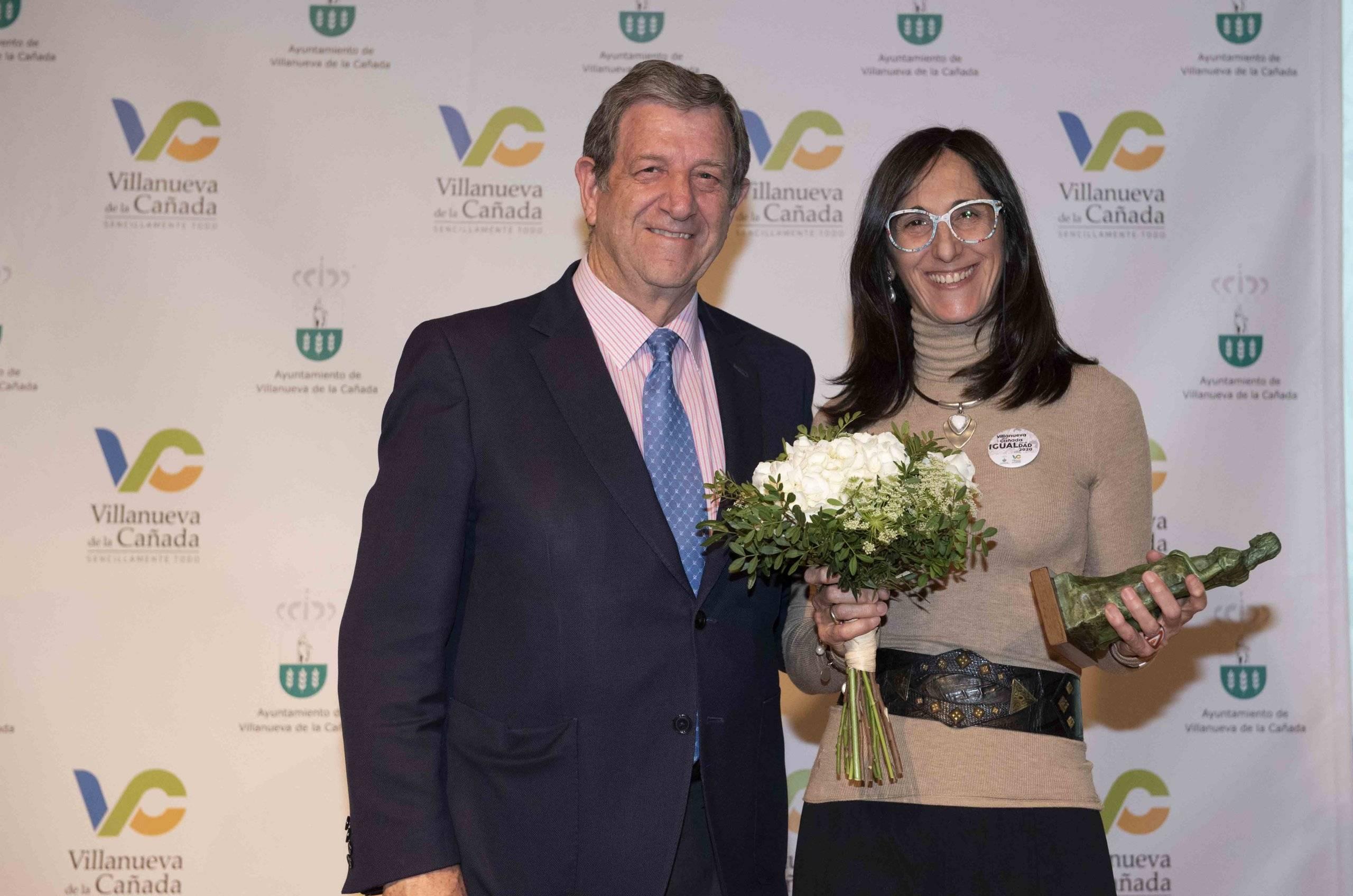 El alcalde junto a la Dra. Cristina Galván, galardonada con el Premio por la Igualdad 2020.