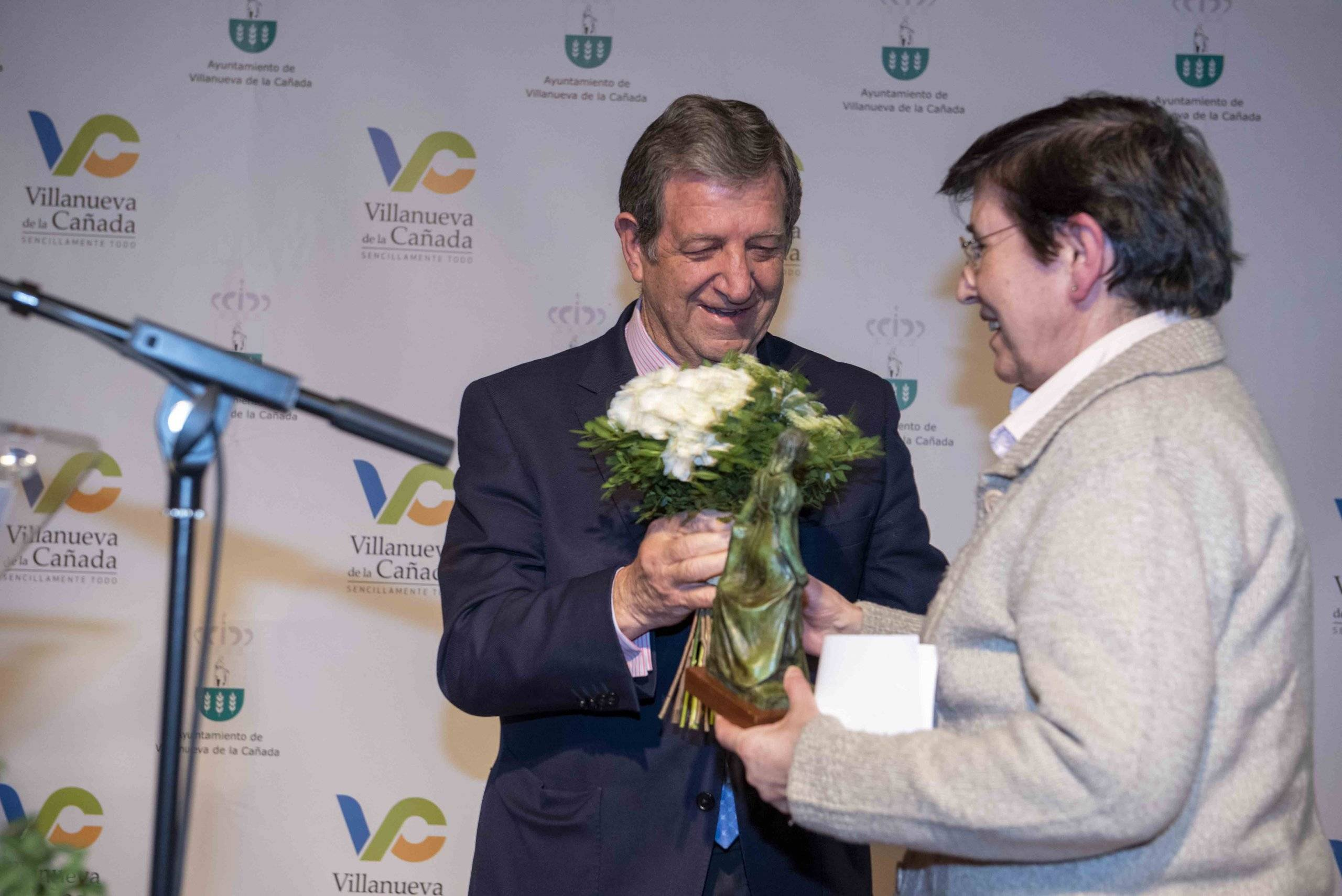 El alcalde junto a Dtora. Gral. de la Fundación Esolapias Montal, Pilar Berengena Romero.