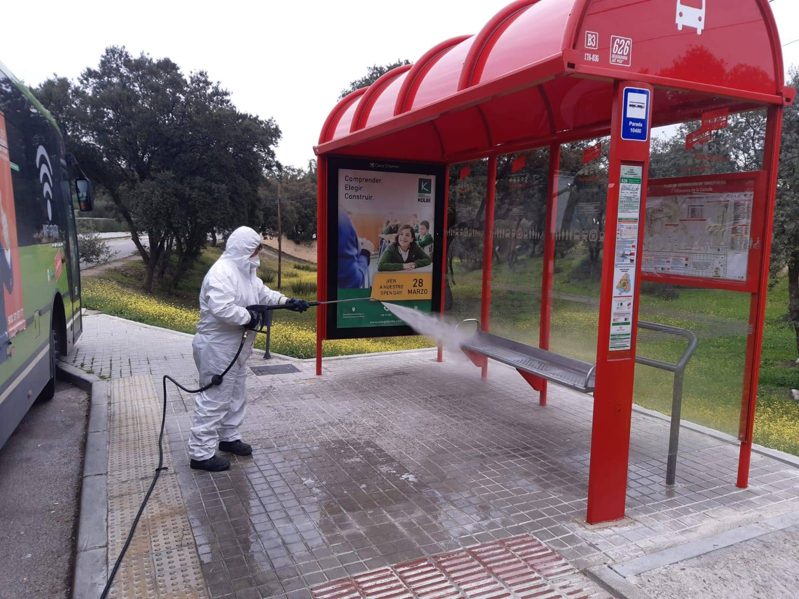 Operario de limpieza trabajando en una de las paradas de autobuses.