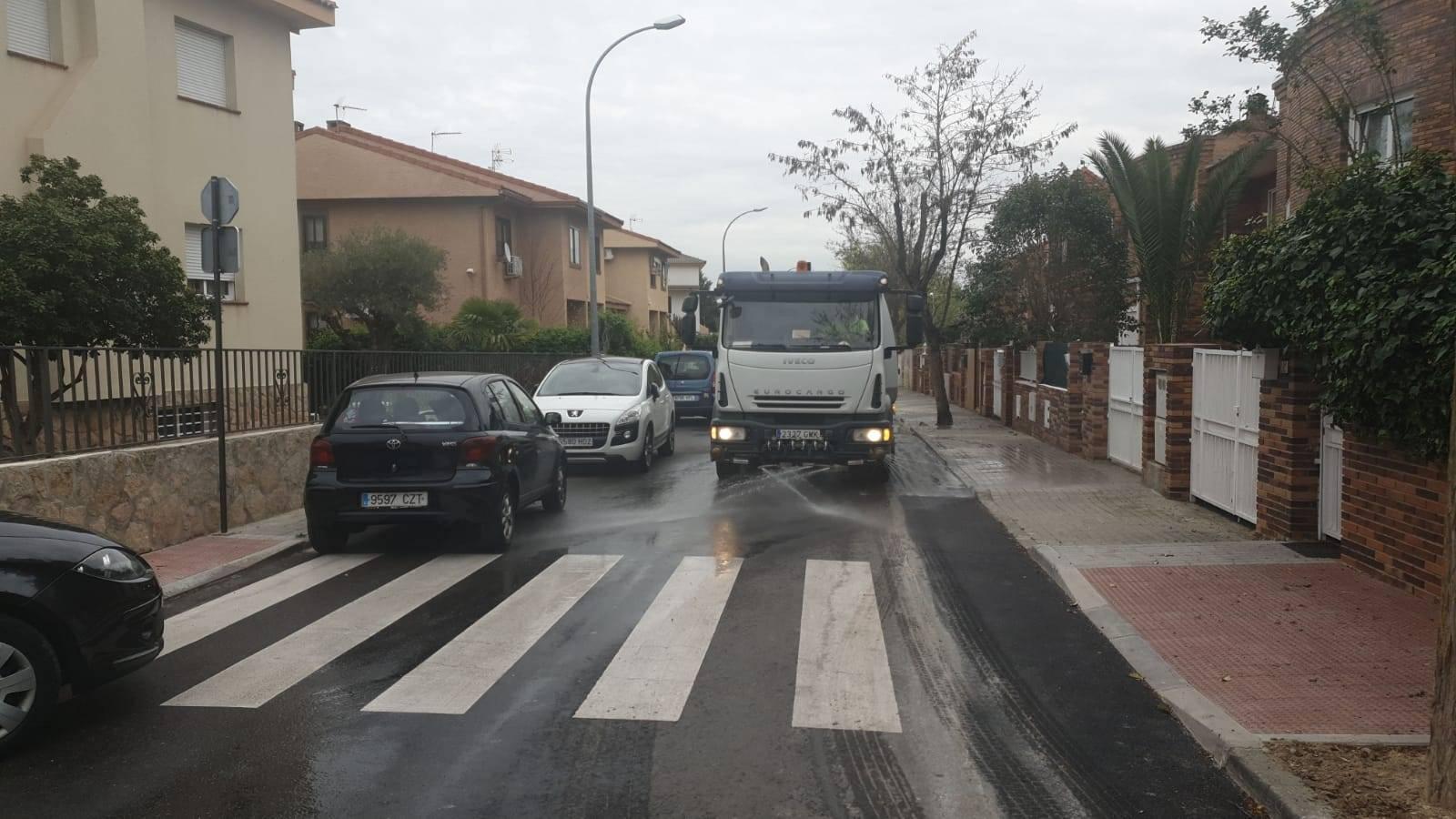 Camión de limpieza trabajando en una de las vías del municipio.
