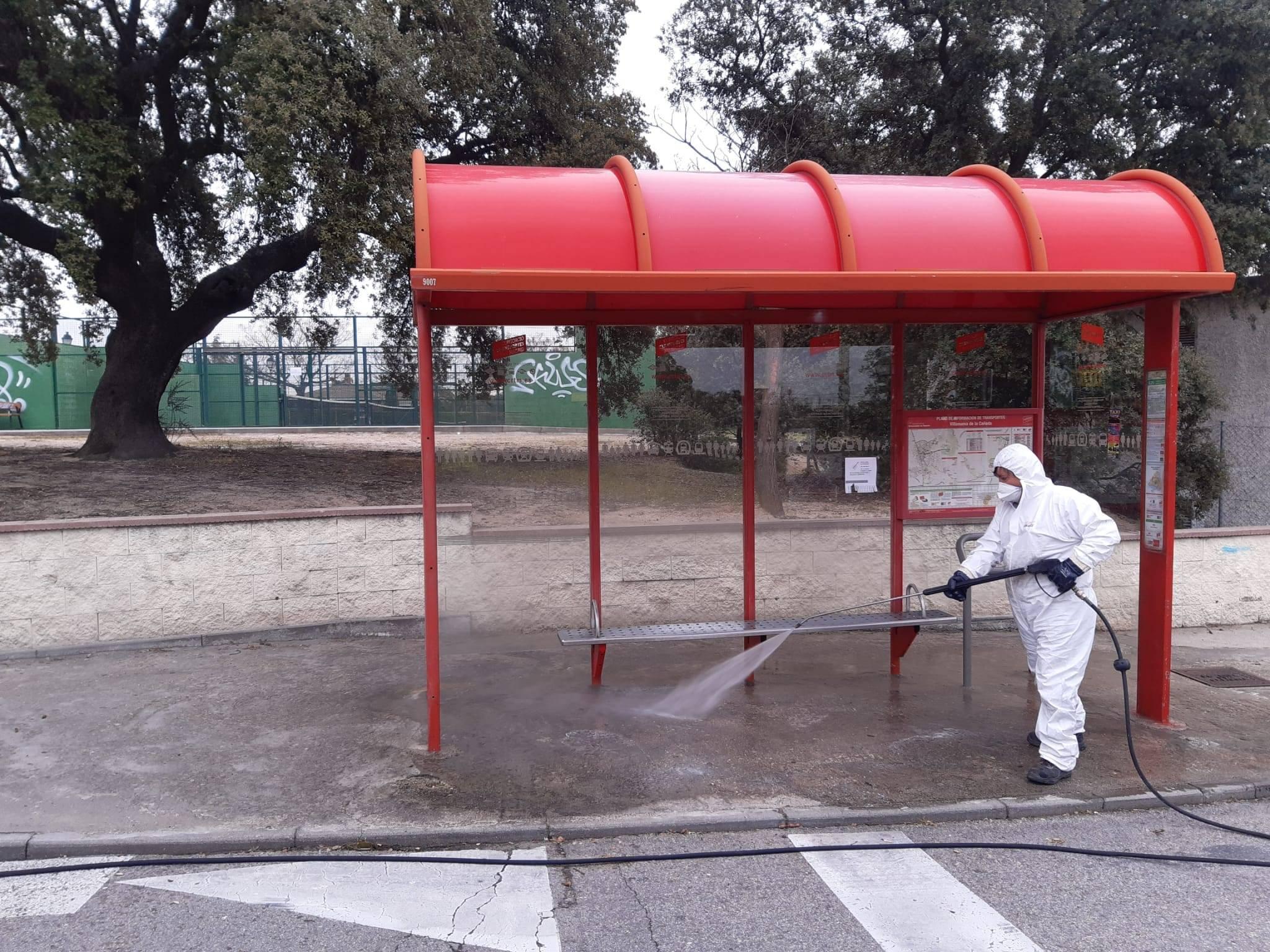 Desinfección de una de las paradas de autobús.