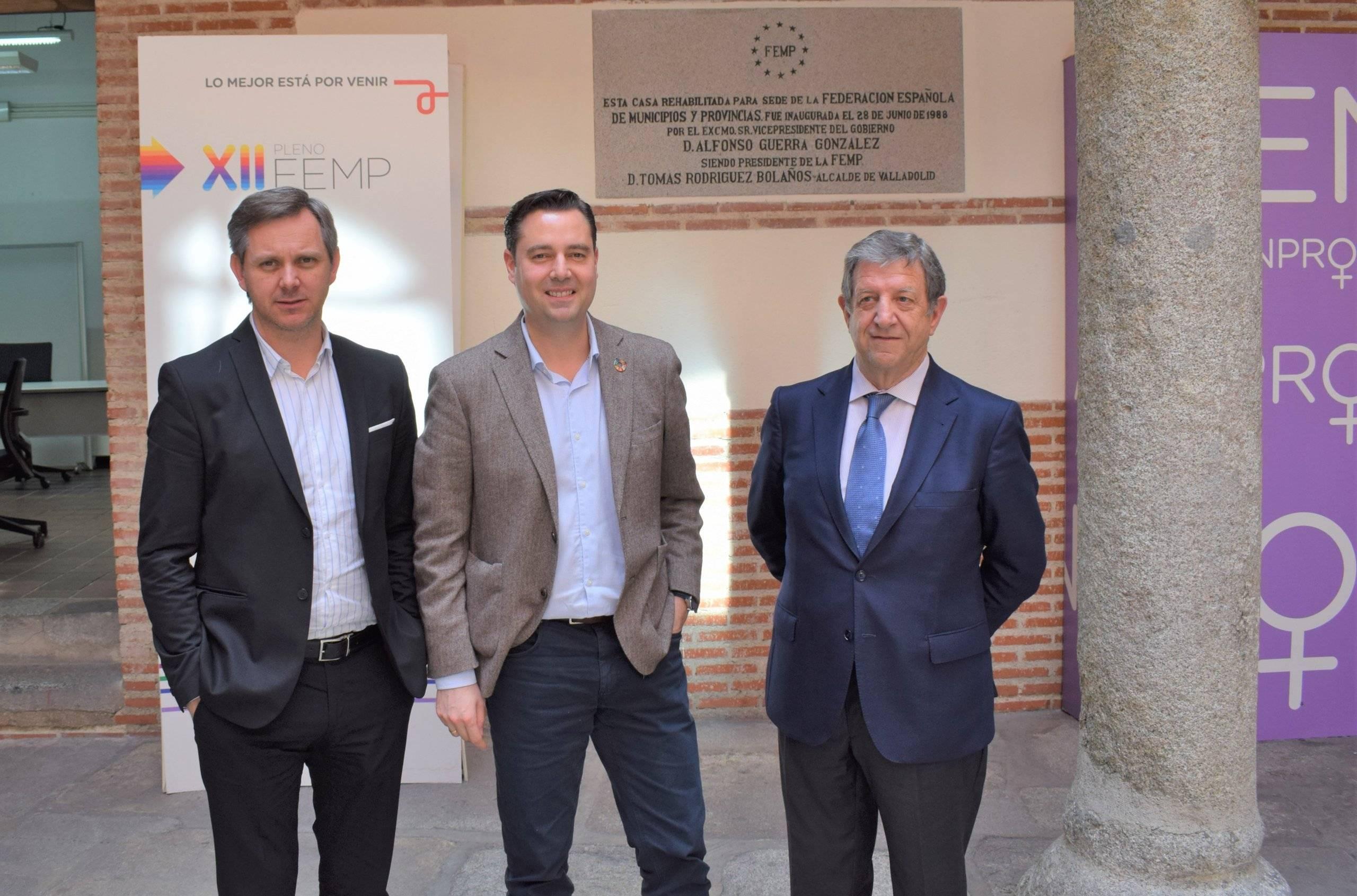 Los tres alcaldes frente a la sede de la FEMP.