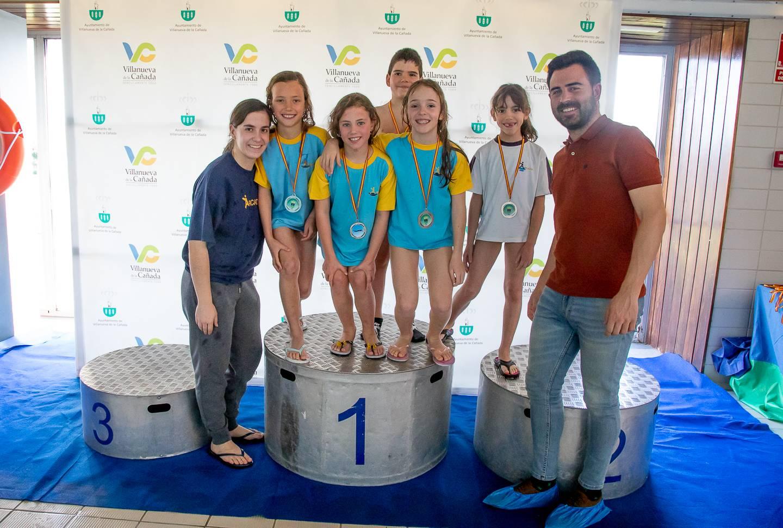 El concejal de Deportes, Ignacio González, junto al grupo de prebenjamines y benjamines del colegio Arcadia.