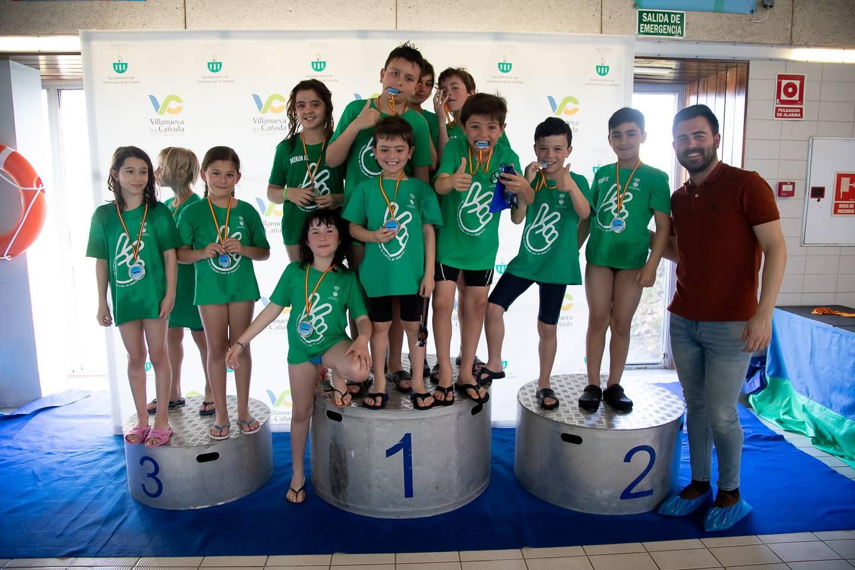 El concejal de Deportes, Ignacio González, junto al grupo de prebenjamines y benjamines de la Escuela Municipal de Natación.
