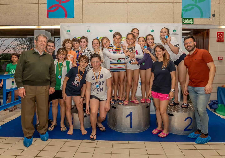 Los nadadores del colegio Zola acompañados de autoridades villanovenses.