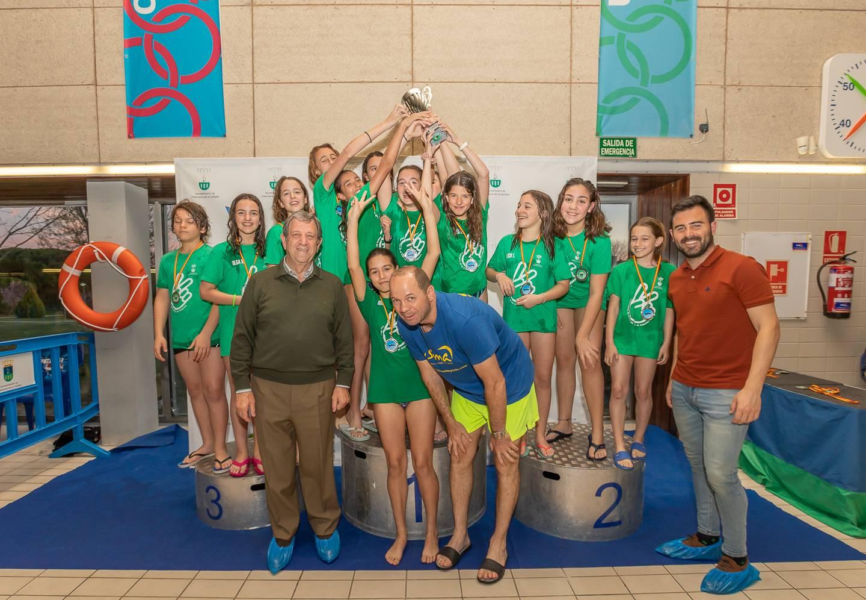Alumnos de la Escuela Municipal de Natación junto al alcalde y al concejal de Deportes.