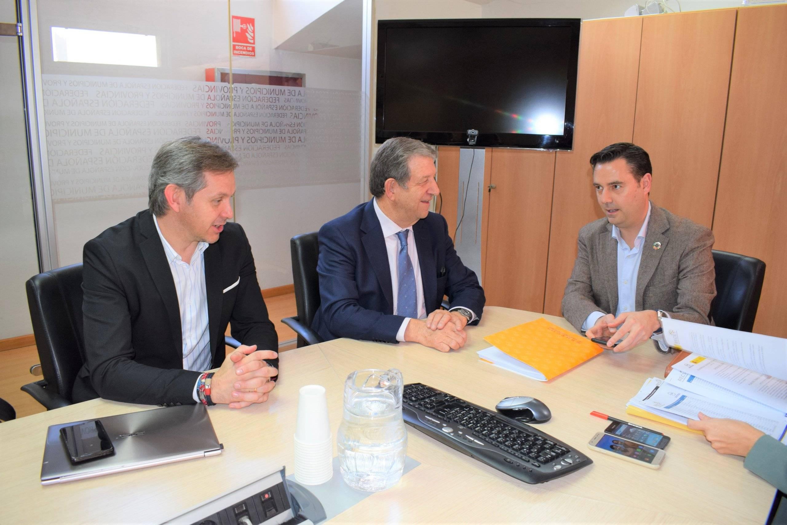 El alcalde, Luis Partida, junto a los alcaldes de Burgos, Daniel de la Rosa Villahoz y de Ames (A Coruña), José Manuel Miñones Conde.