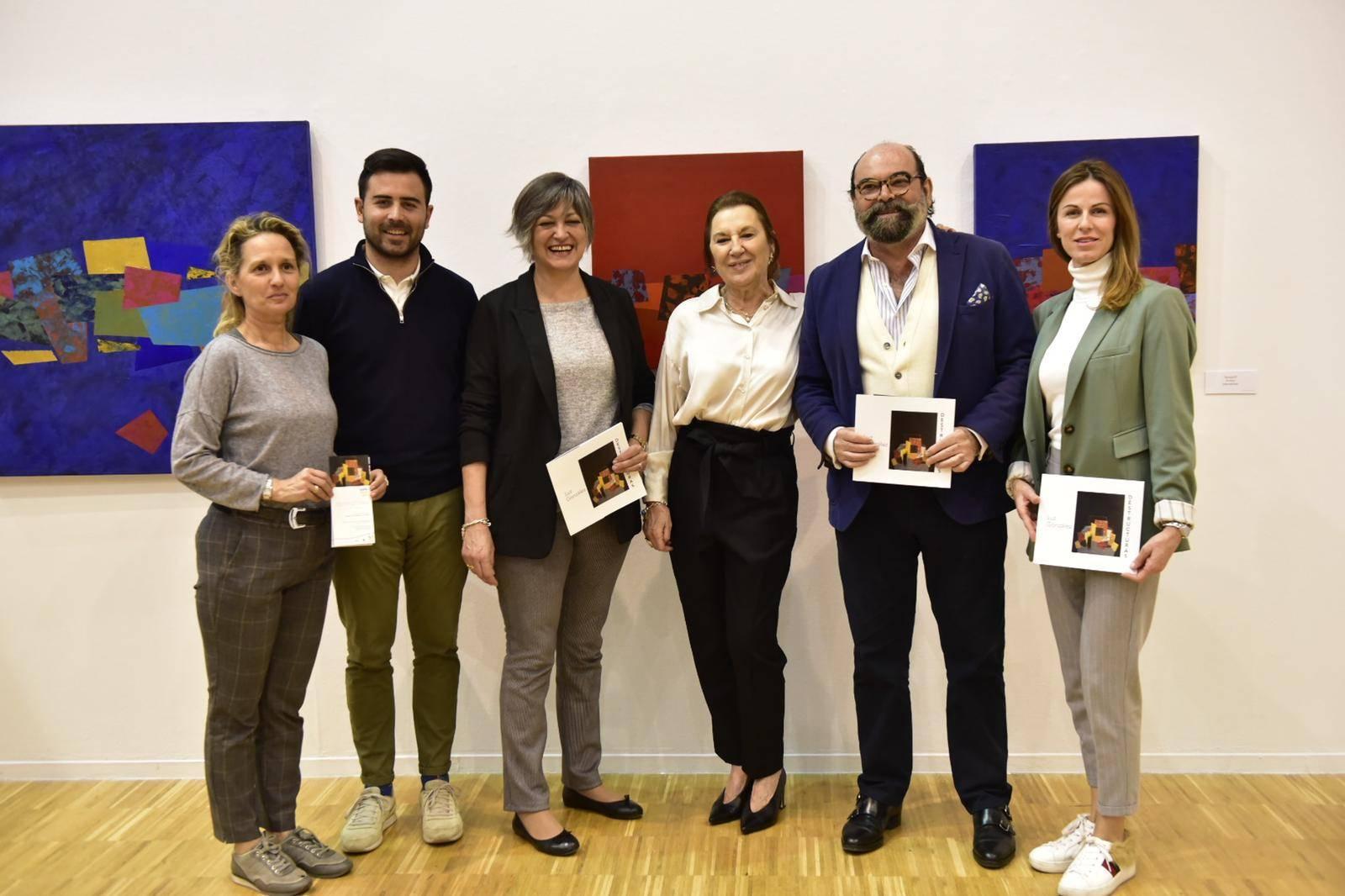 La artista Luz González junto al concejal de Cultura, Jesús Fernando Agudo y concejales de la Corporación Municipal.