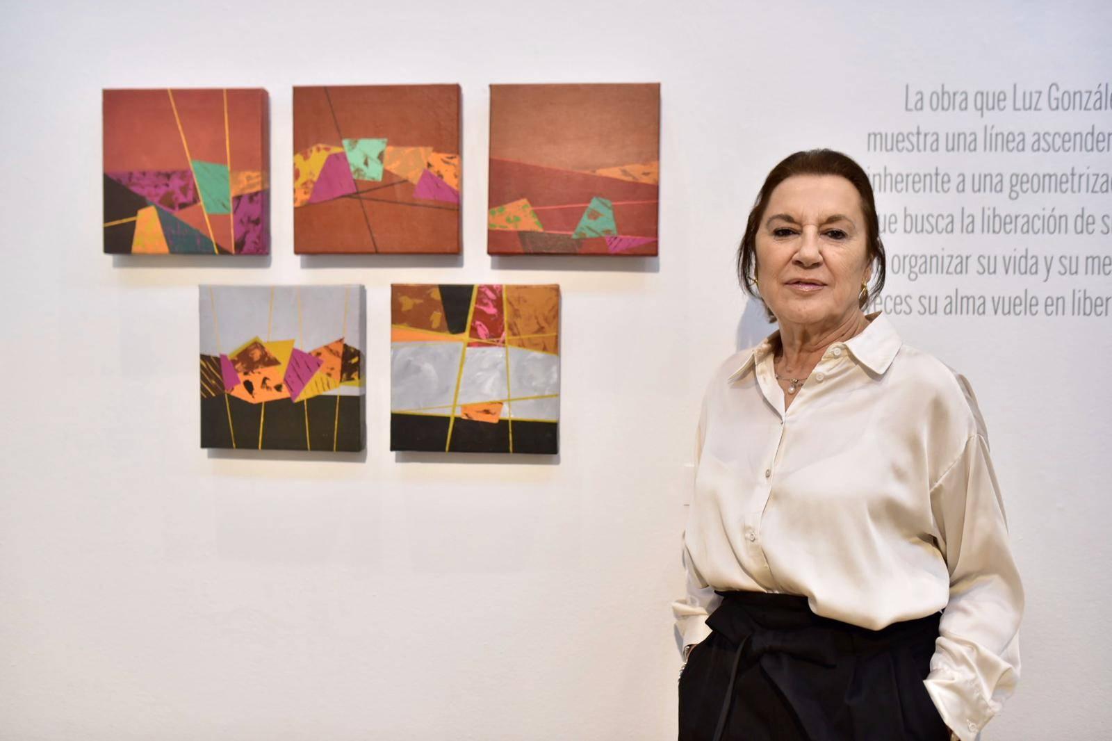 La artista Luz González en la inauguración de la exposición.