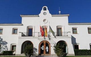 Fachada edificio institucional con banderas a media asta.