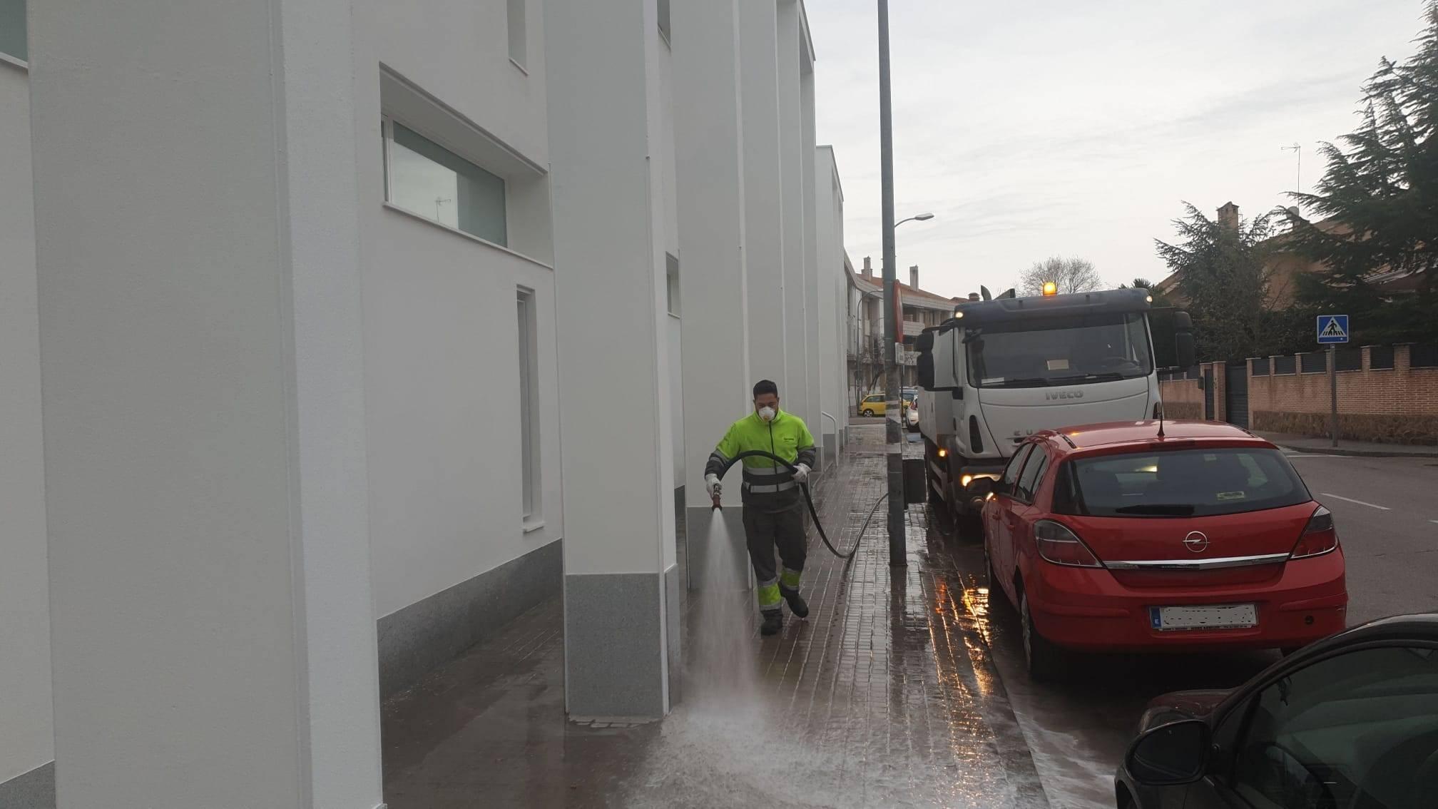 Operario de limpieza trabajando en una de las calles del municipio.