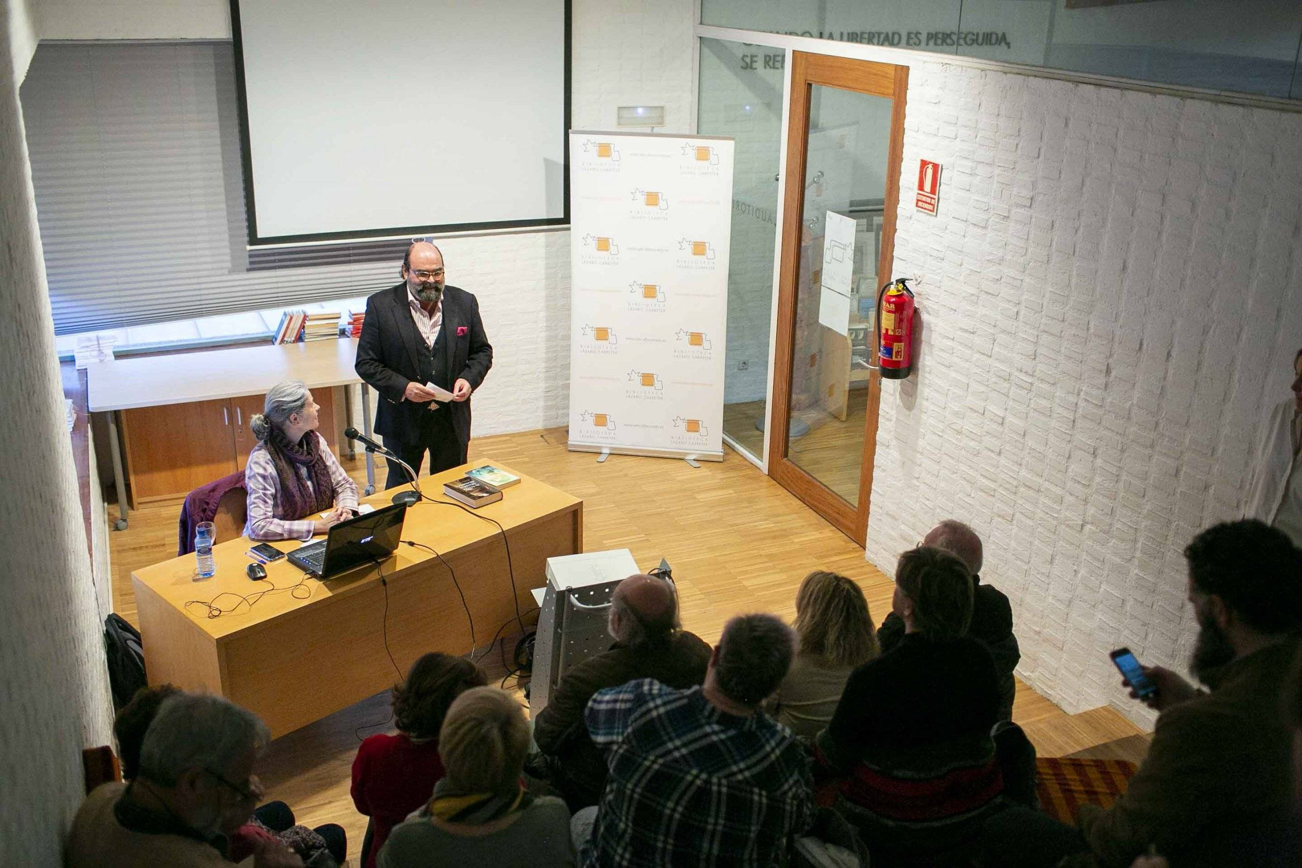 La conferencia ha tenido lugar en la Biblioteca F. Lázaro Carreter.