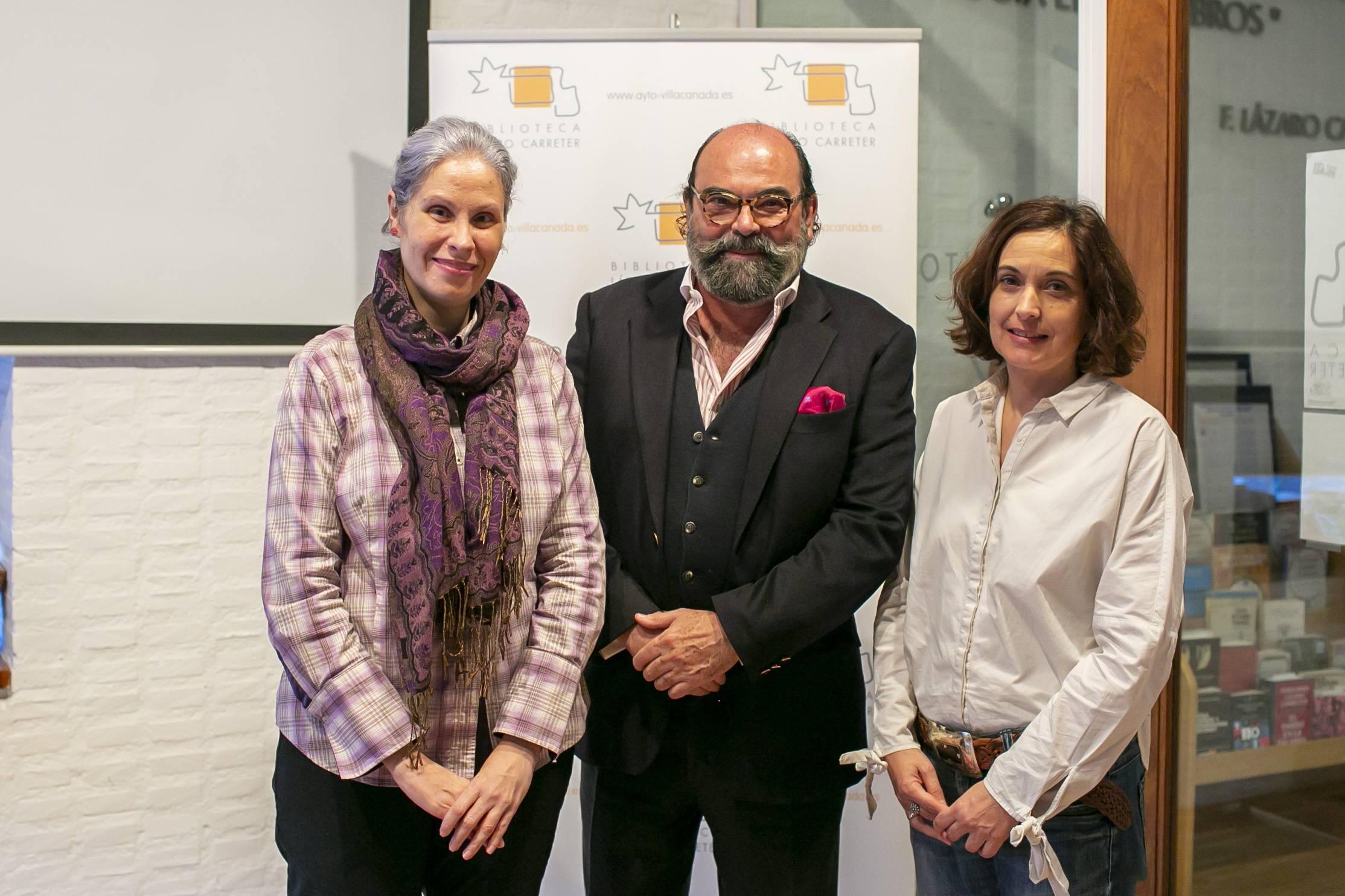 La conferenciante, Olalla García,junto al concejal de Cultura, Jesús Fernando Agudo Sánchez y la directora de la Biblioteca, Purificación Flores.